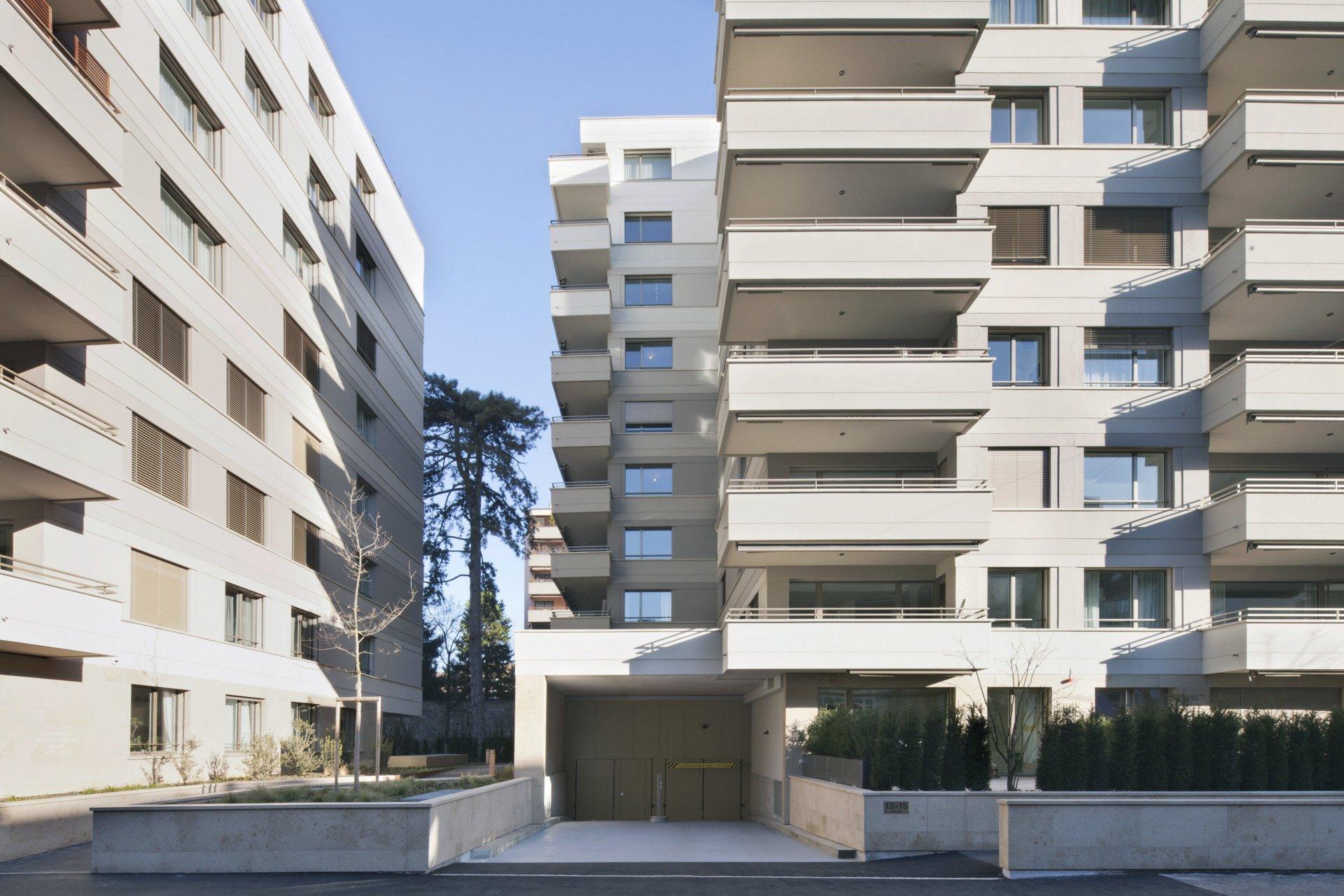 2 mehrstöckige Wohngebäude in gleichem Stil mit herausstehendem Balkon