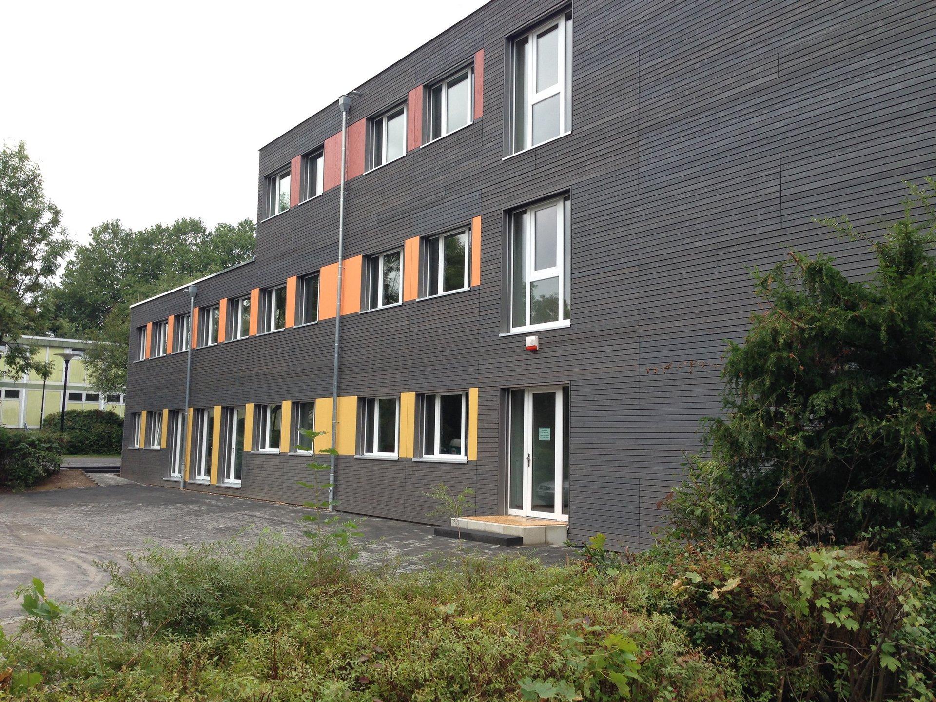 2-3-geschossiges Schulgebäude mit gleichmässiger Fensteranordnung