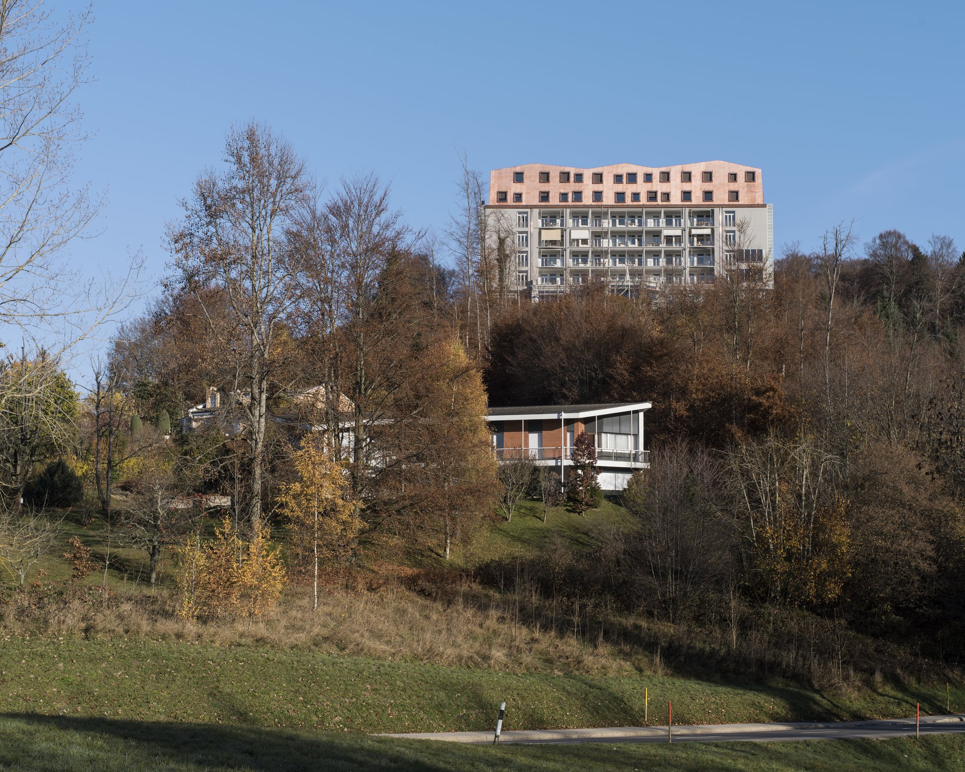 Mehrgeschossiges Gebäude mit 2-geschossiger Aufstockung