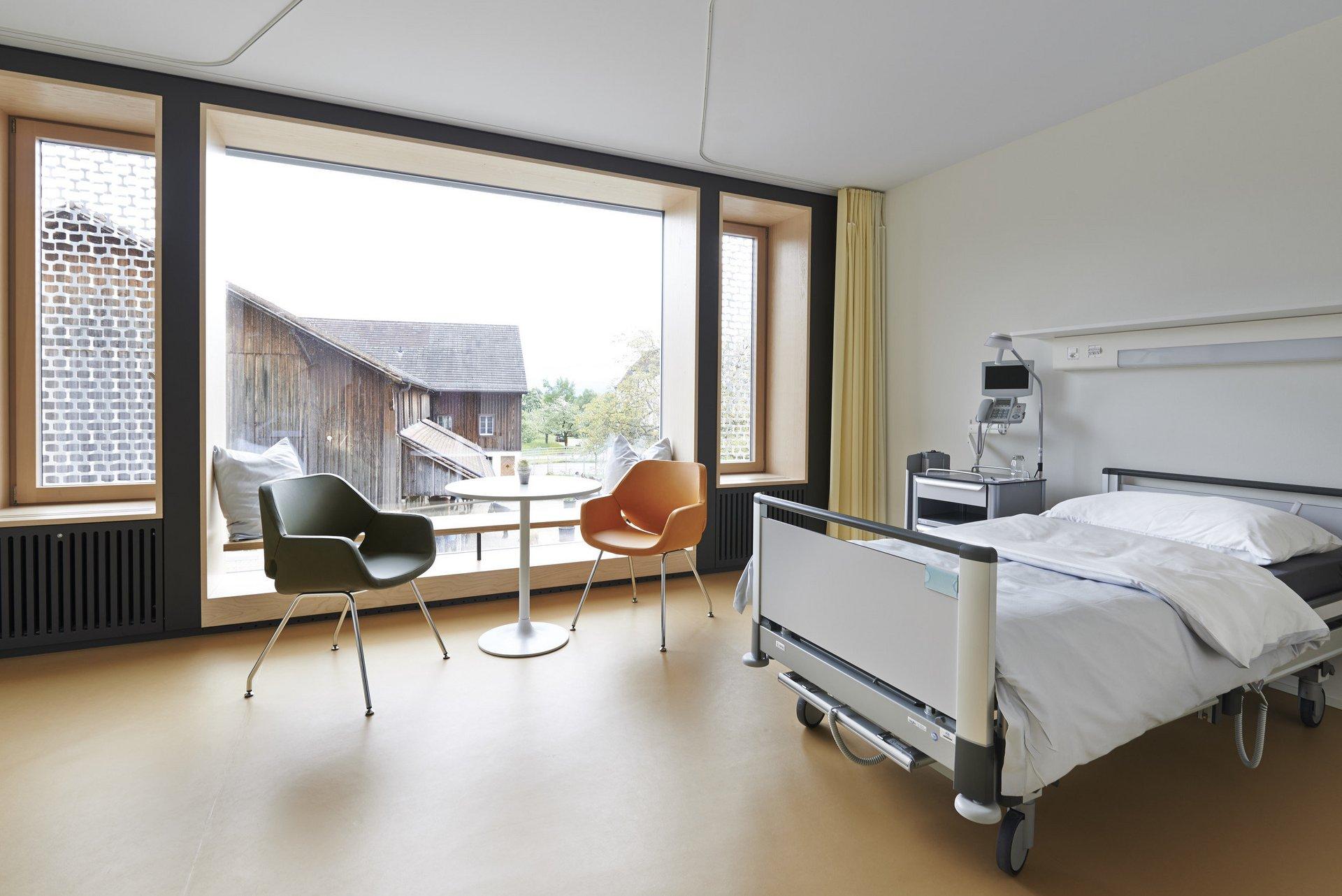 Patientenzimmer in heller Atmosphäre mit 3 unterschiedliche grossen Einflügelfenster