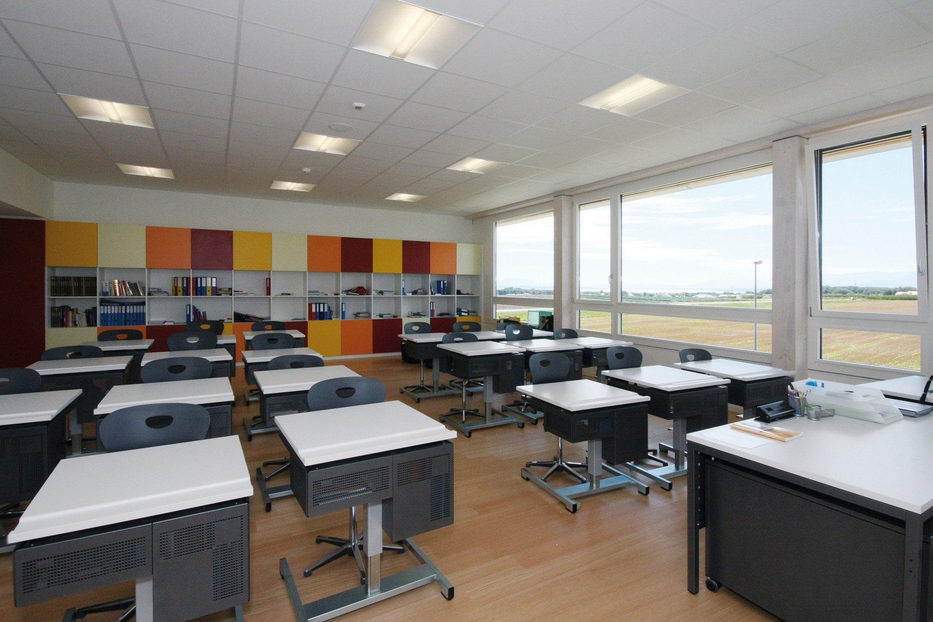 Ausgestatteter Werkraum für Schulen mit grossen Fensterelementen