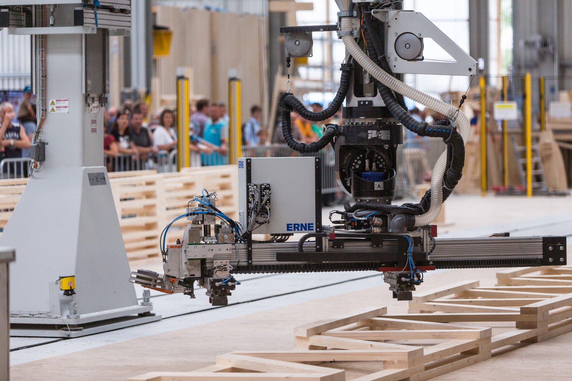 Robot portique fabriquant une poutre en treillis en bois
