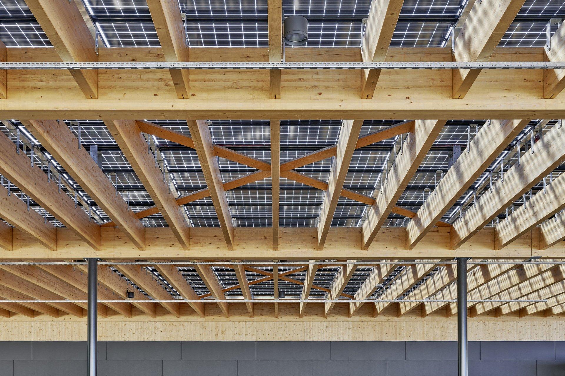 Innenansicht der Überdachung mit den längs geführten Giebeln und die darüberliegenden Solarabdeckung