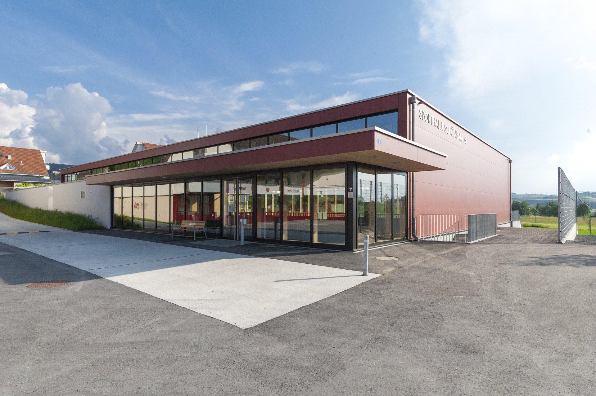 Sporthalle in Systembauweise mit Fensterfassade beim Eingang