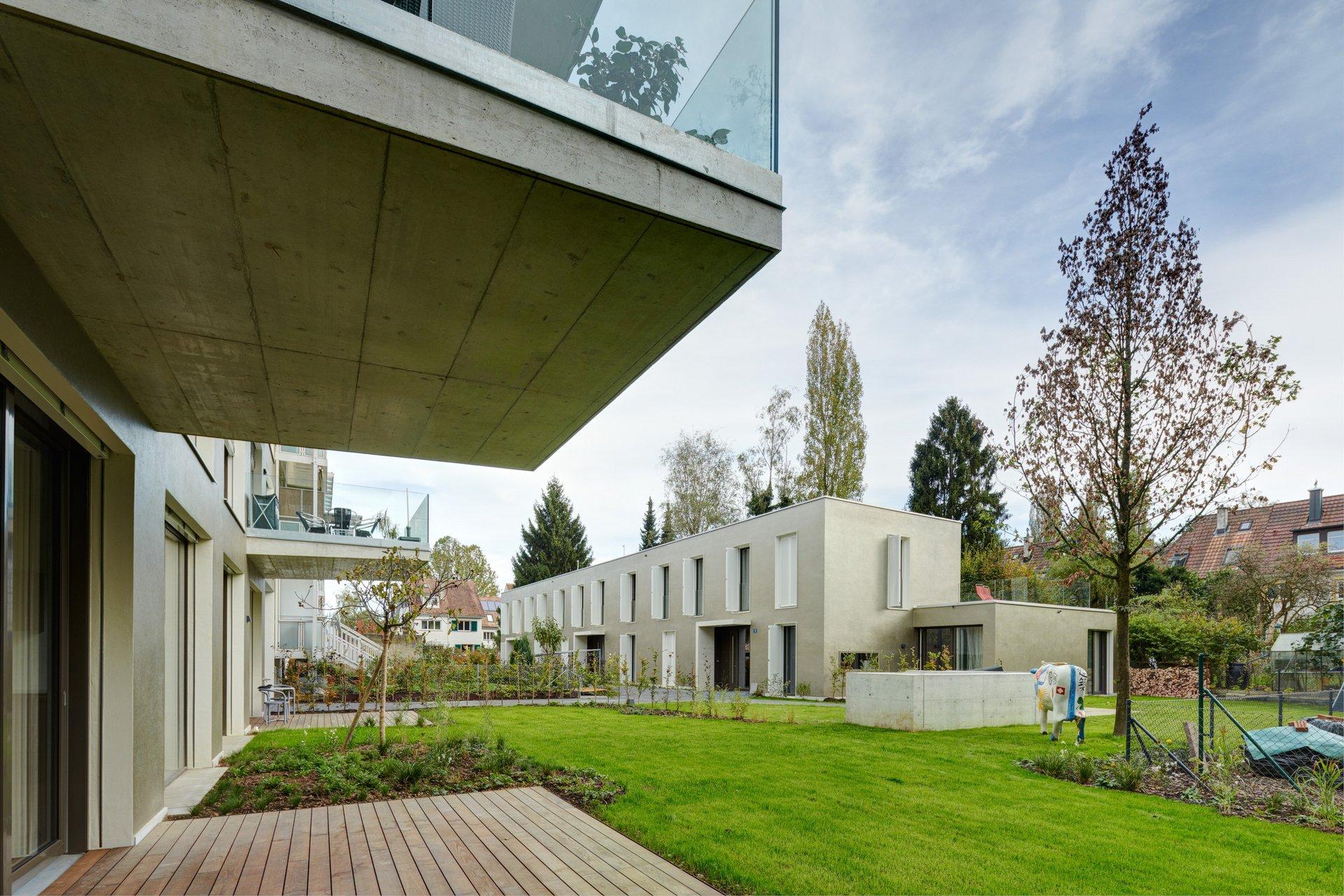 2-stöckiger Beton-Wohnblock mit grossen Holz-Metallfenstern