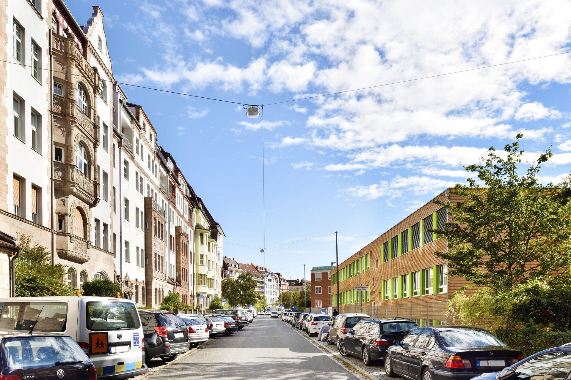 3-geschossiges Schulgebäude mitten in Wohngebiet