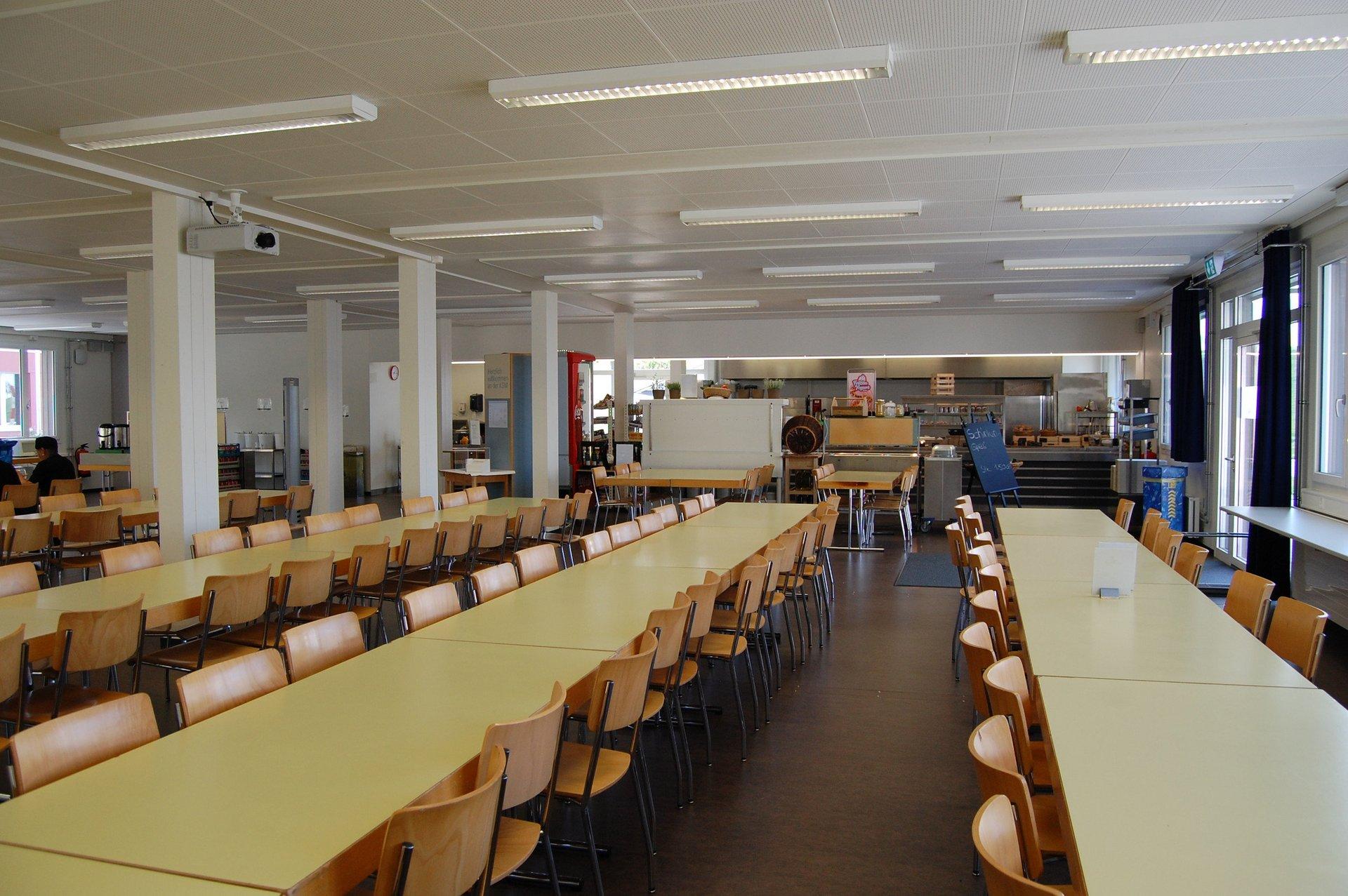 Ausgestattete Mensa im Schulgebäude in schlichtem Design