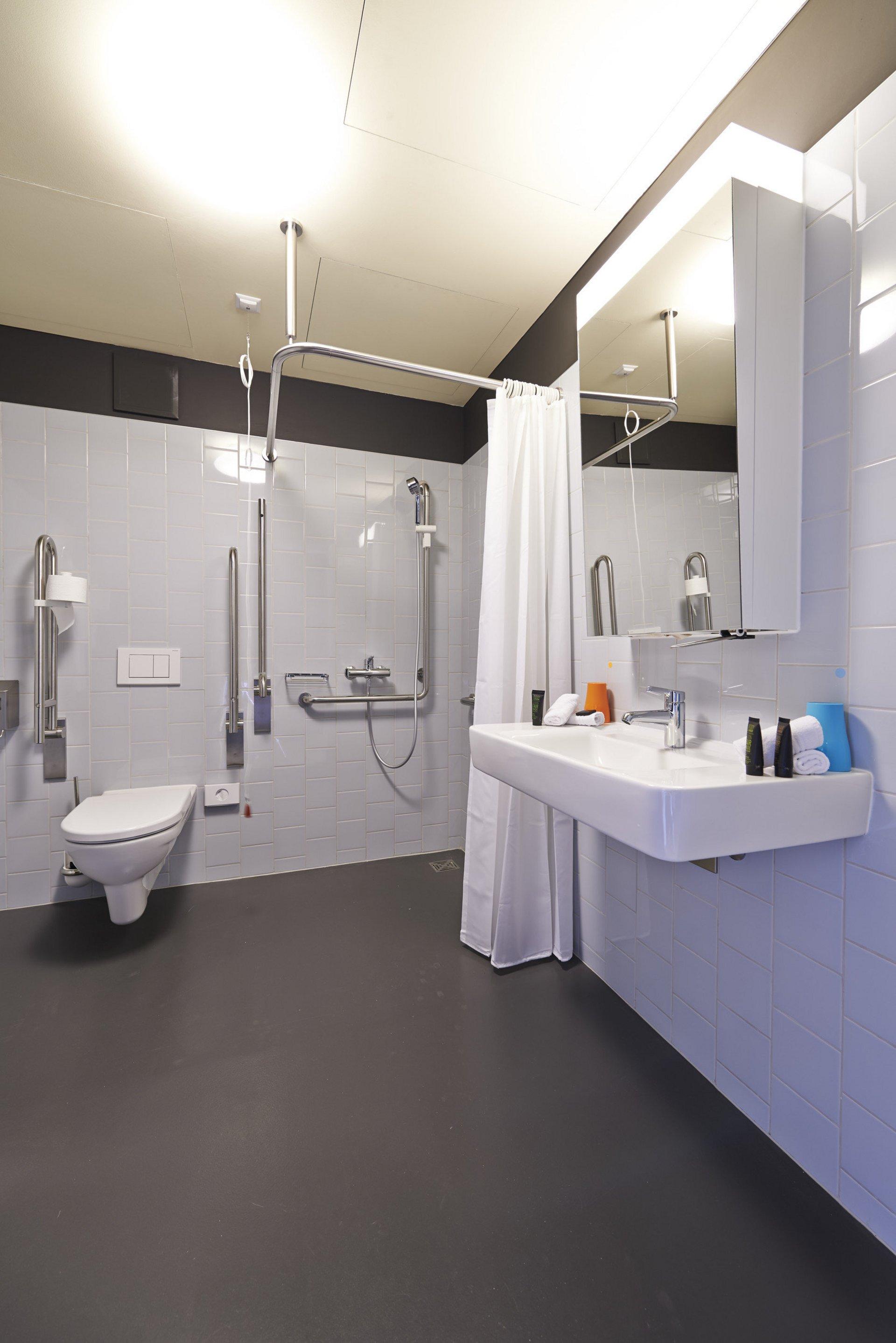 behindertengerechtes Badezimmer in hellem und zeitlosen Stil