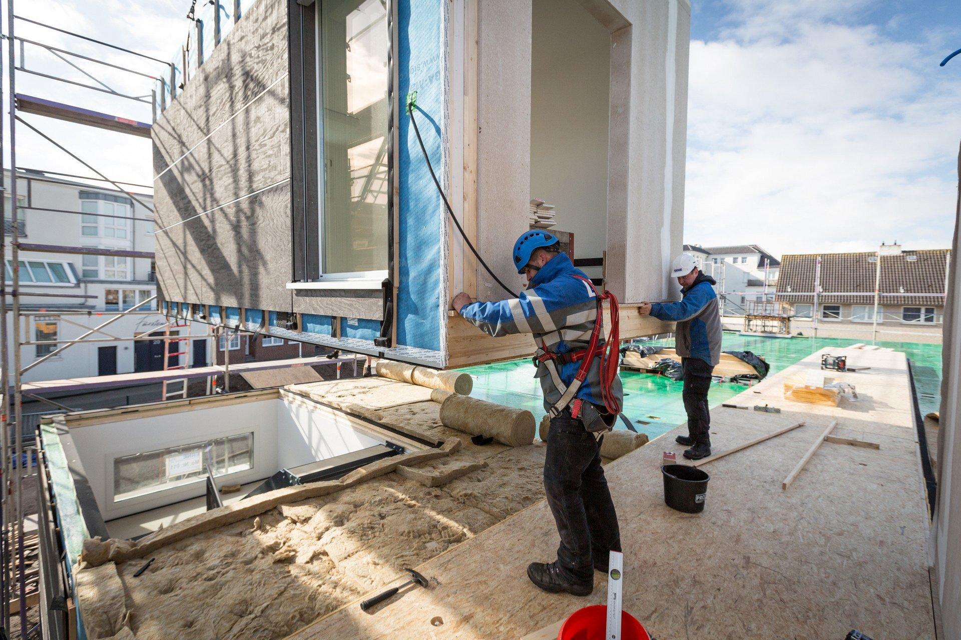 Les ouvriers mettent en place un module sur le chantier