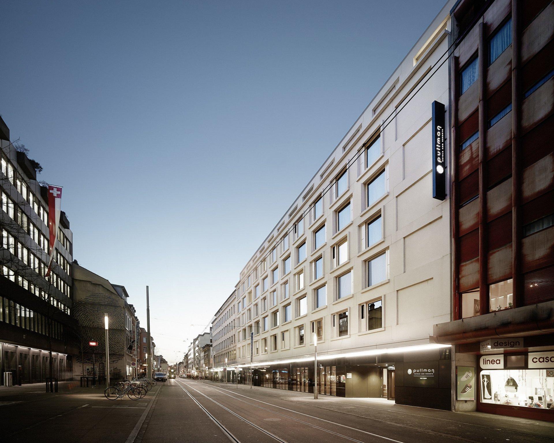Hotelgebäude mit gleichmässiger Fensteranordnung von der Seite