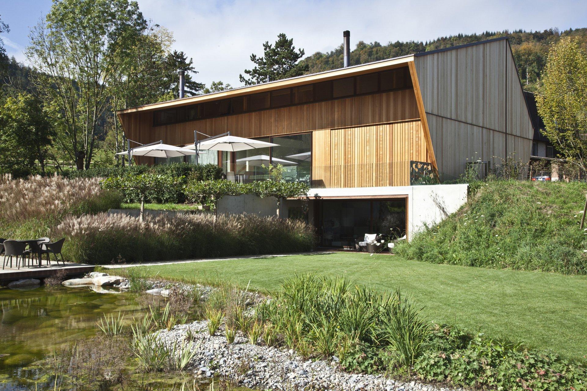 Modernes Haus mit Holzfassade am See