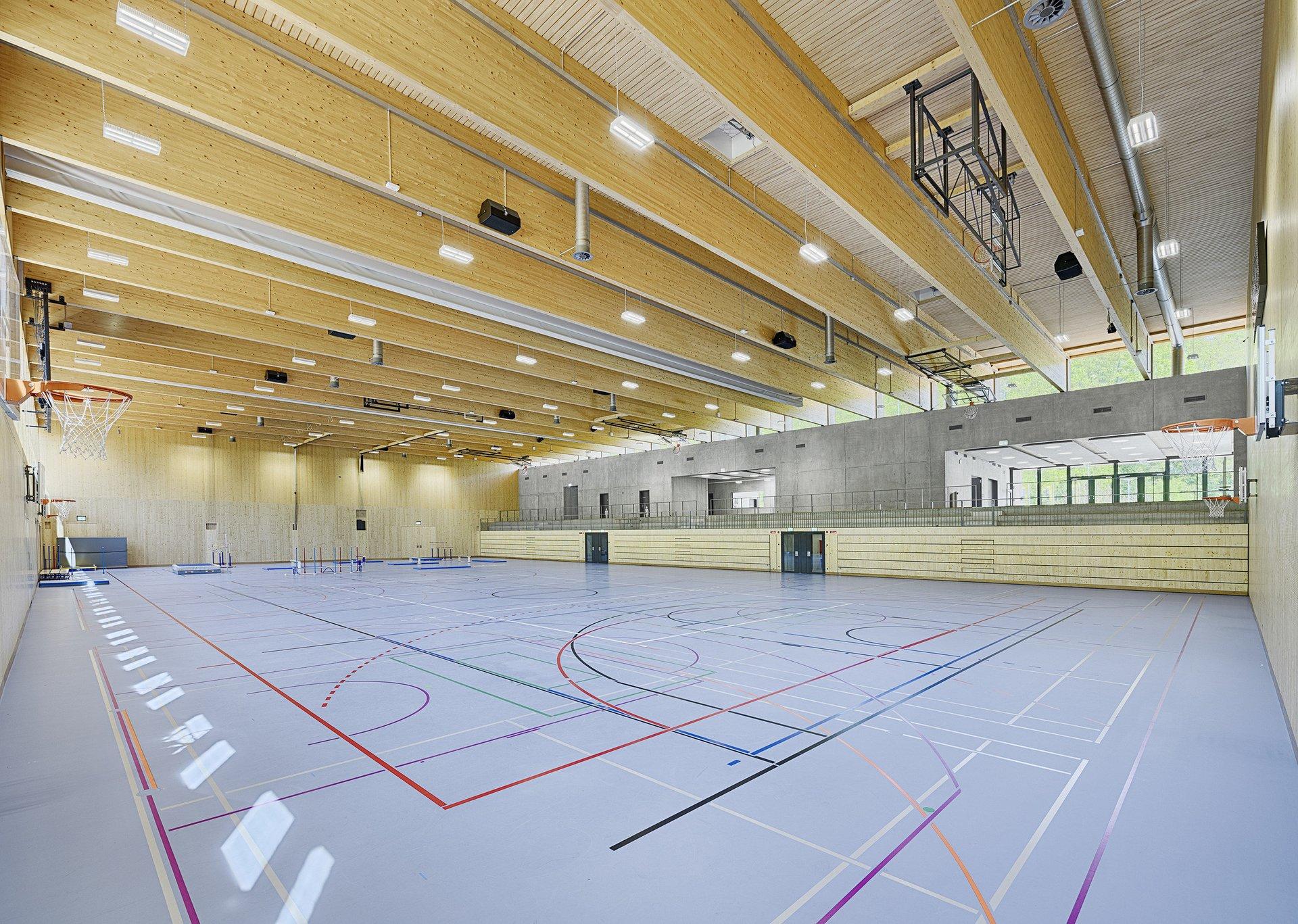 3-fach Sporthalle mit Sicht auf Tribüne