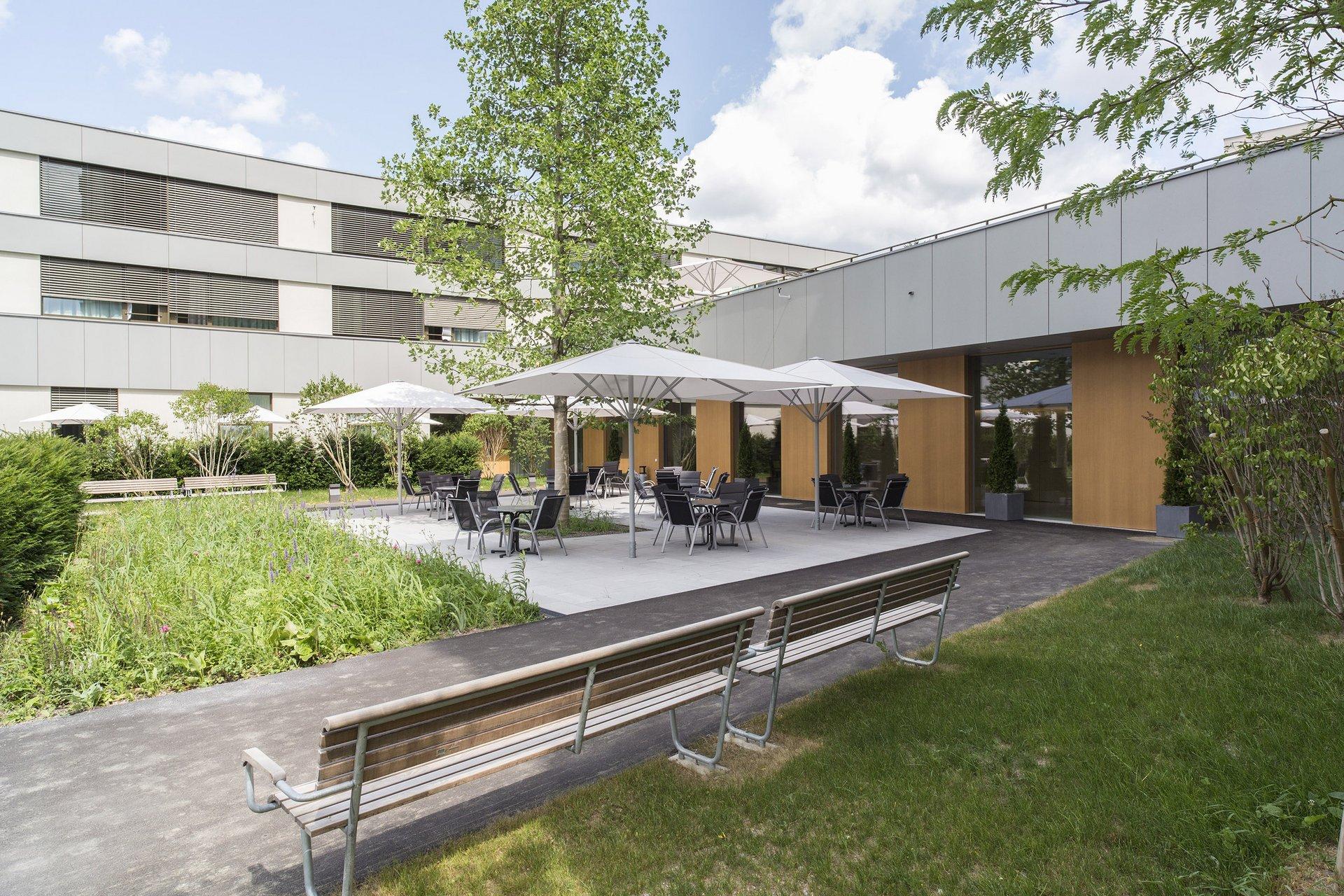 Freisitz Innenhof Seniorenzentrum bei Holz-Metallfenster Sichtschutz