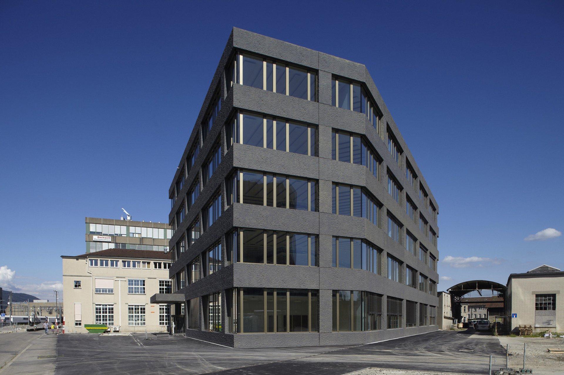 4-stöckiges Bürogebäude 3 verschiedene Seiten sichtbar