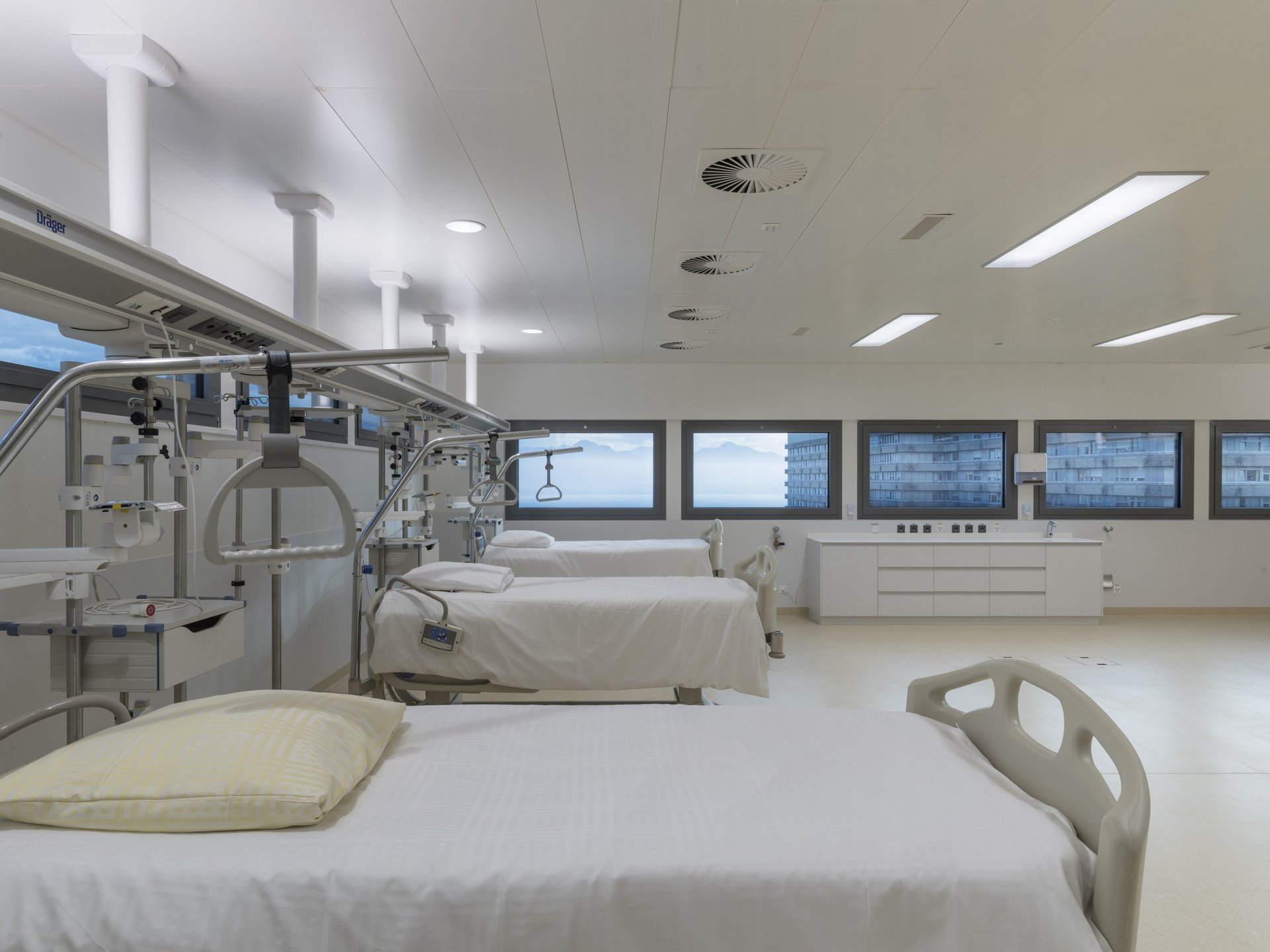 Bettenstation im Spital in hellem und modernen Design