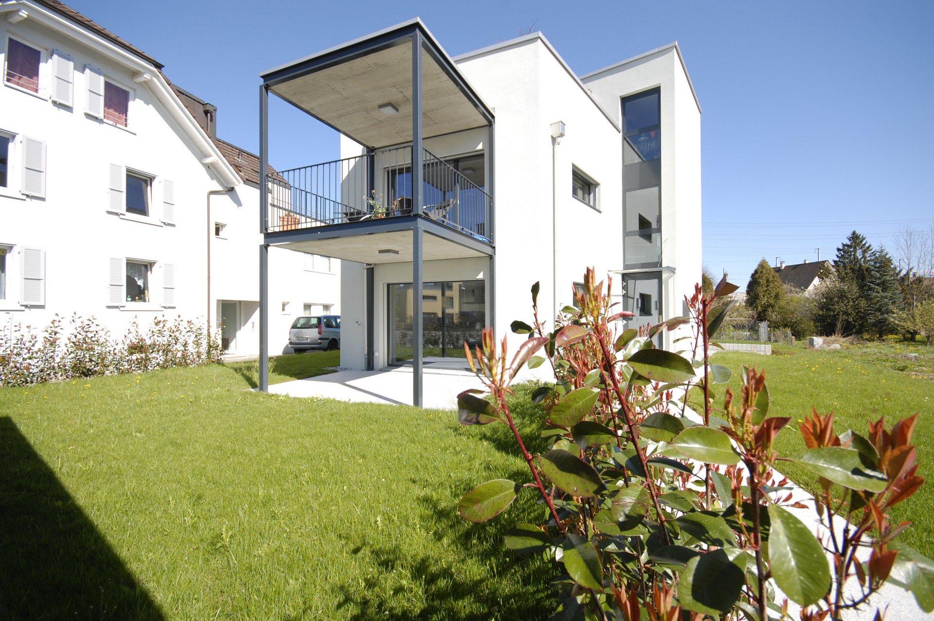 Neubau MFH mit ganzmetall Elementen in Haustür + Treppenhausfenster
