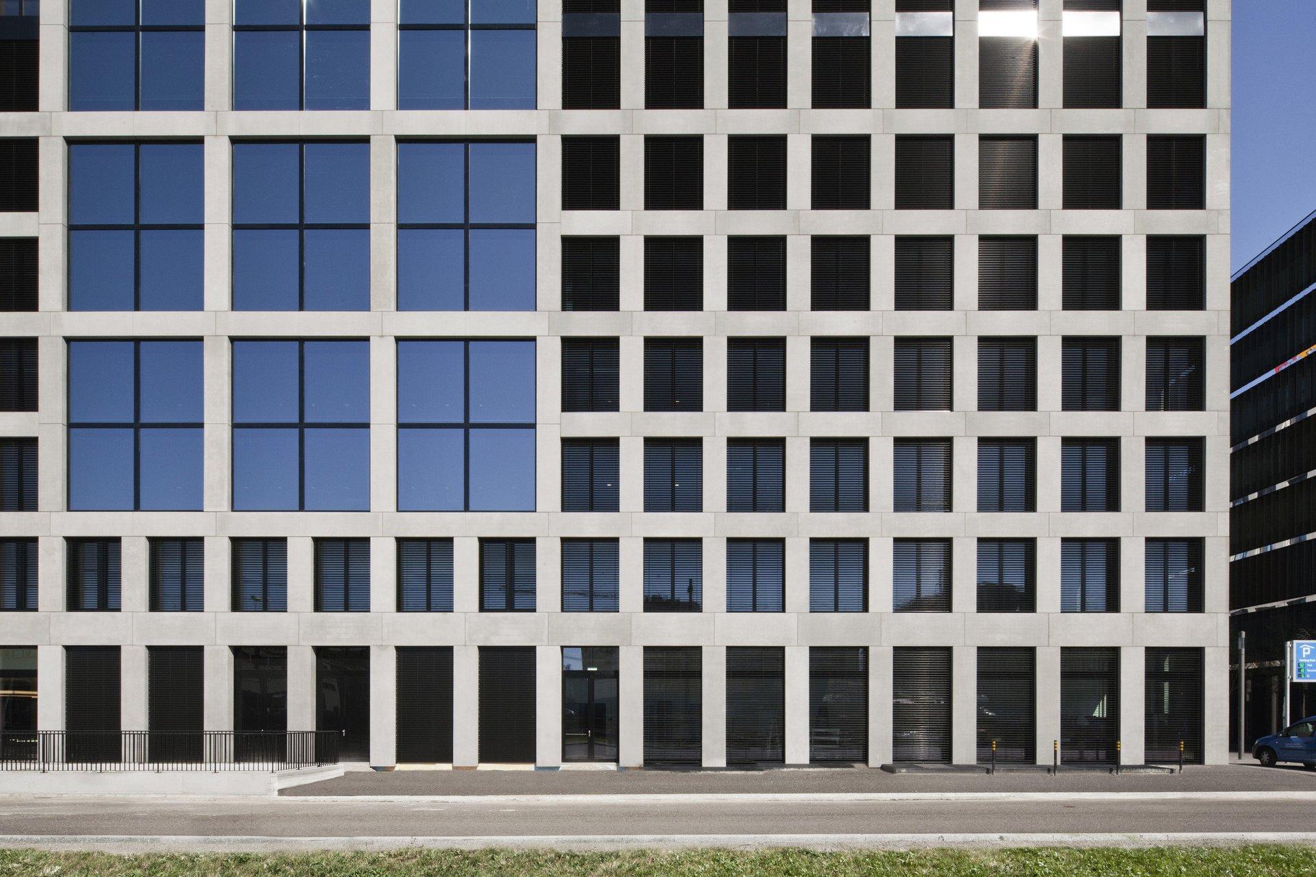 Quadratische gleichm. Fensteranordnung zwischen Holz-Metallfenster