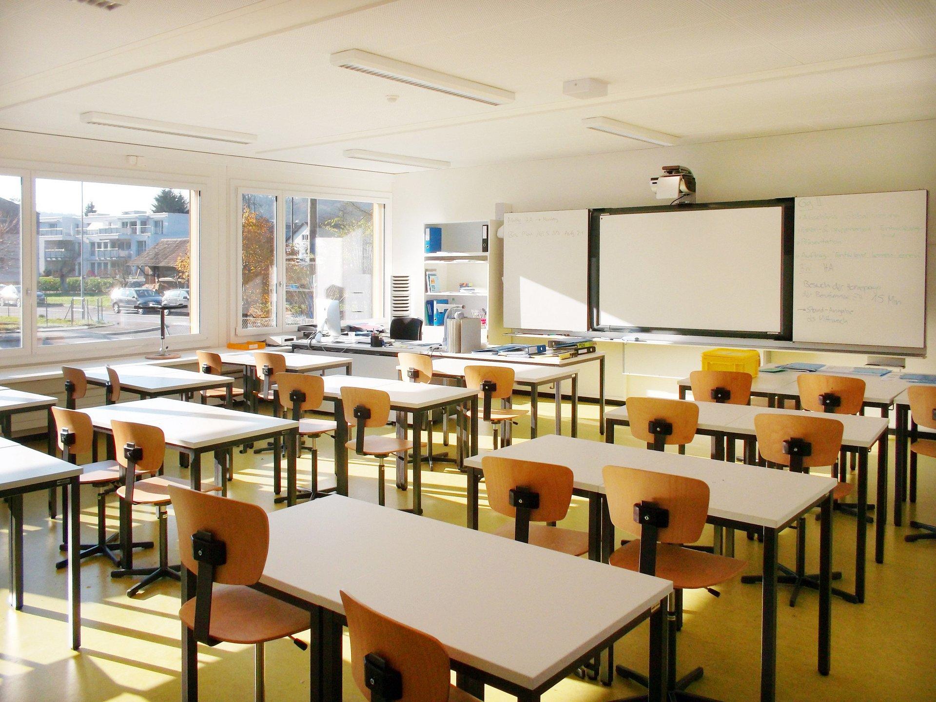 Klassenzimmer lichtdurchflutet durch grosse Fensterelemente