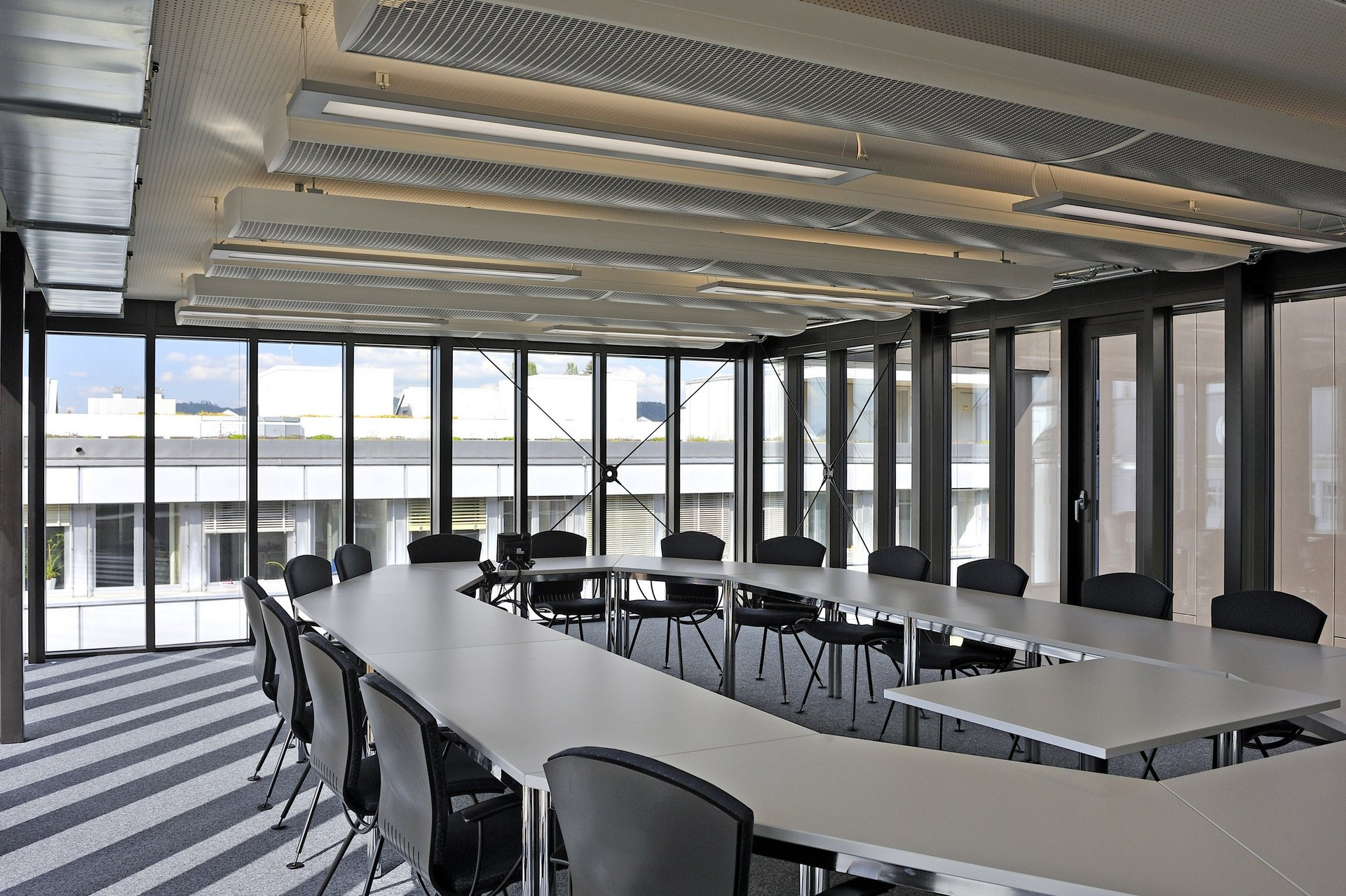 Besprechungszimmer mit Fensterfront in modernem Design
