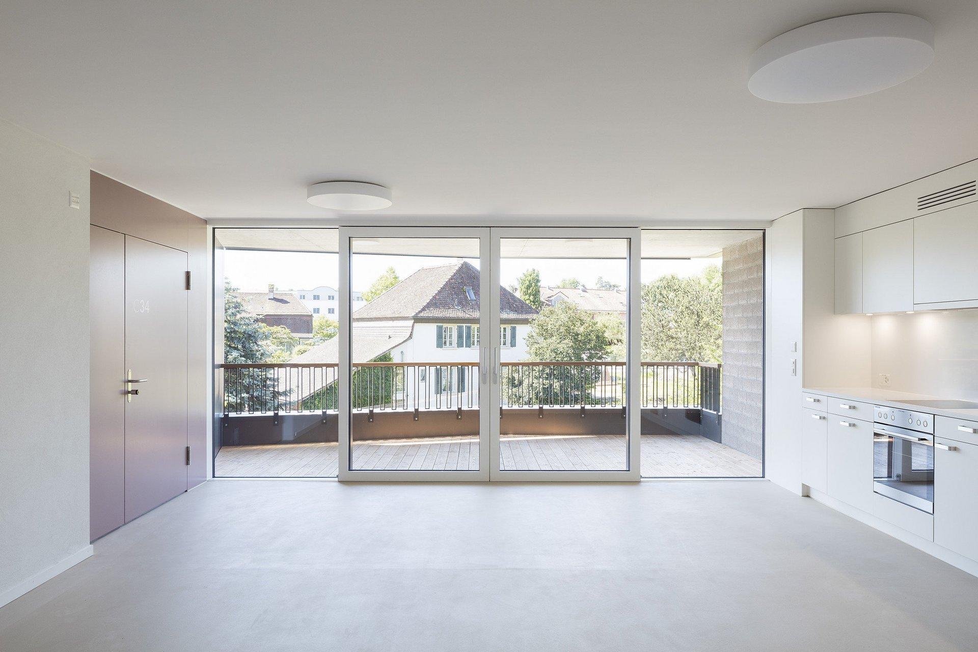 raumhohe Holz-Metallfenster mit Tür für lichtdurchfluteten Raum