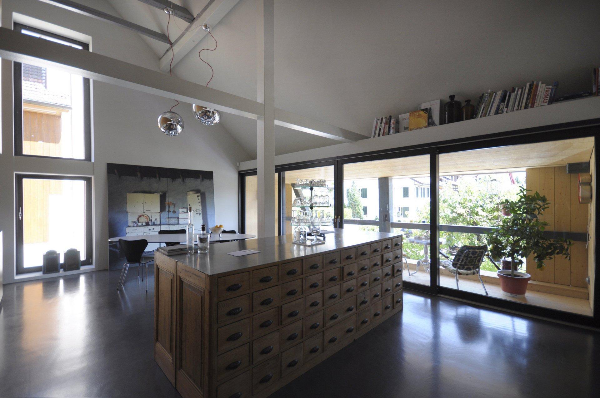 Möblierter Wohnbereich mit grossen Hebe-Schiebetüren die die Wand ersetzen