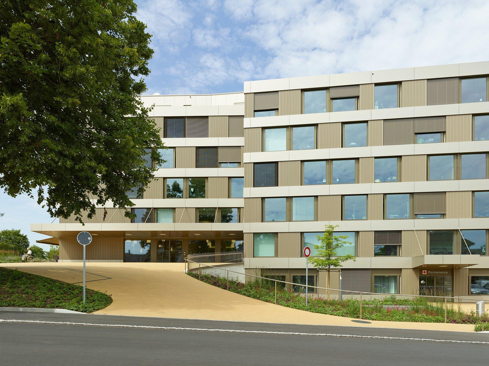 Spital mit abwechselnder Fensteranordnung - 1 oder 2 nebeneinander