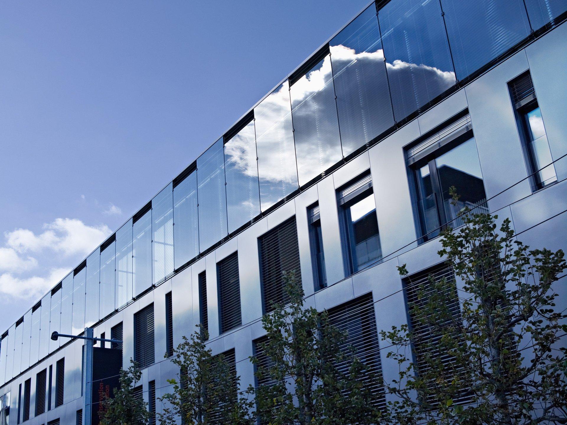 Unterschiedlich grosse Fensterelemente als grosser Anteil der Fassade