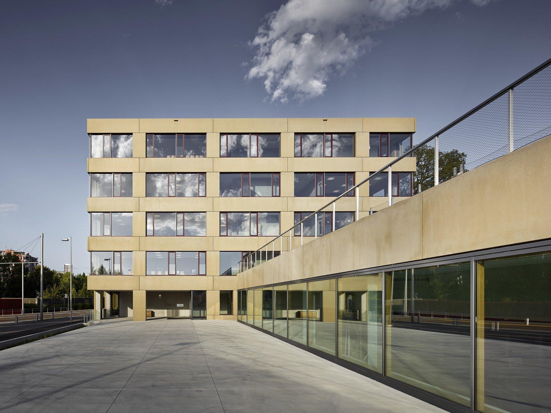 Bâtiment scolaire de plusieurs étages avec agencement régulier des fenêtres