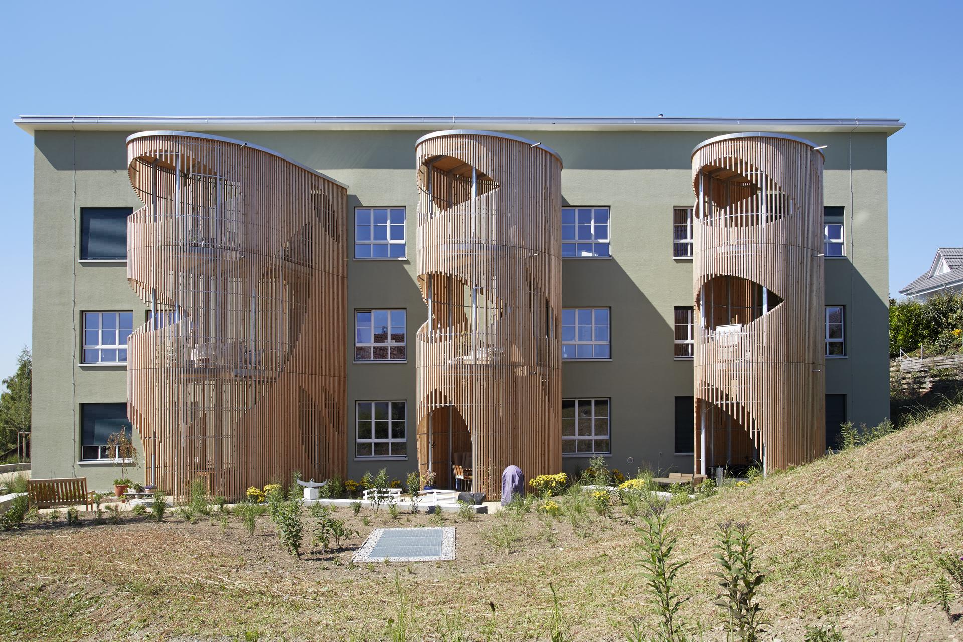 Wohngebäude mit speziellem Balkon-Design in Cocoon-Art aus Holz