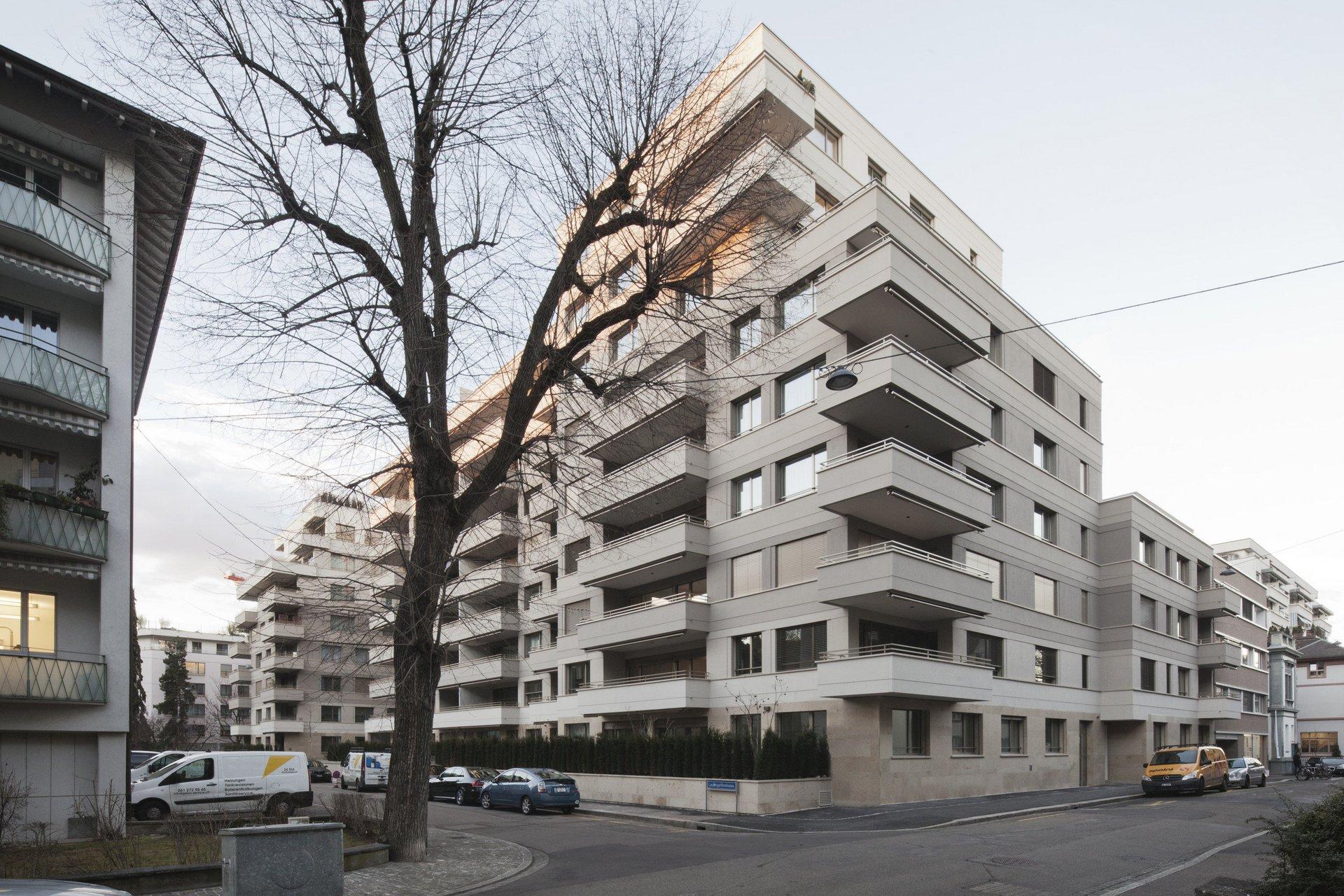Mehrstöckiges Wohnhaus in spezifischer eckiger Form