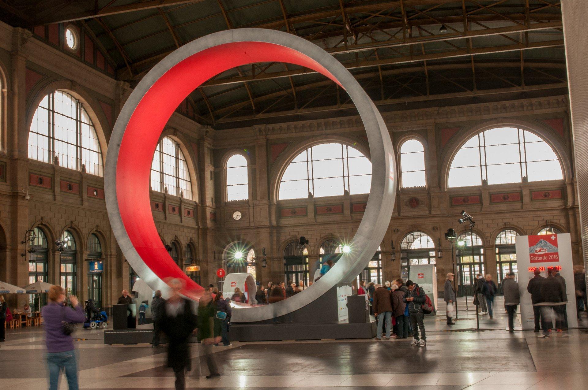 Bahnhofshalle mit grossem Betonring von innen rot beleuchtet