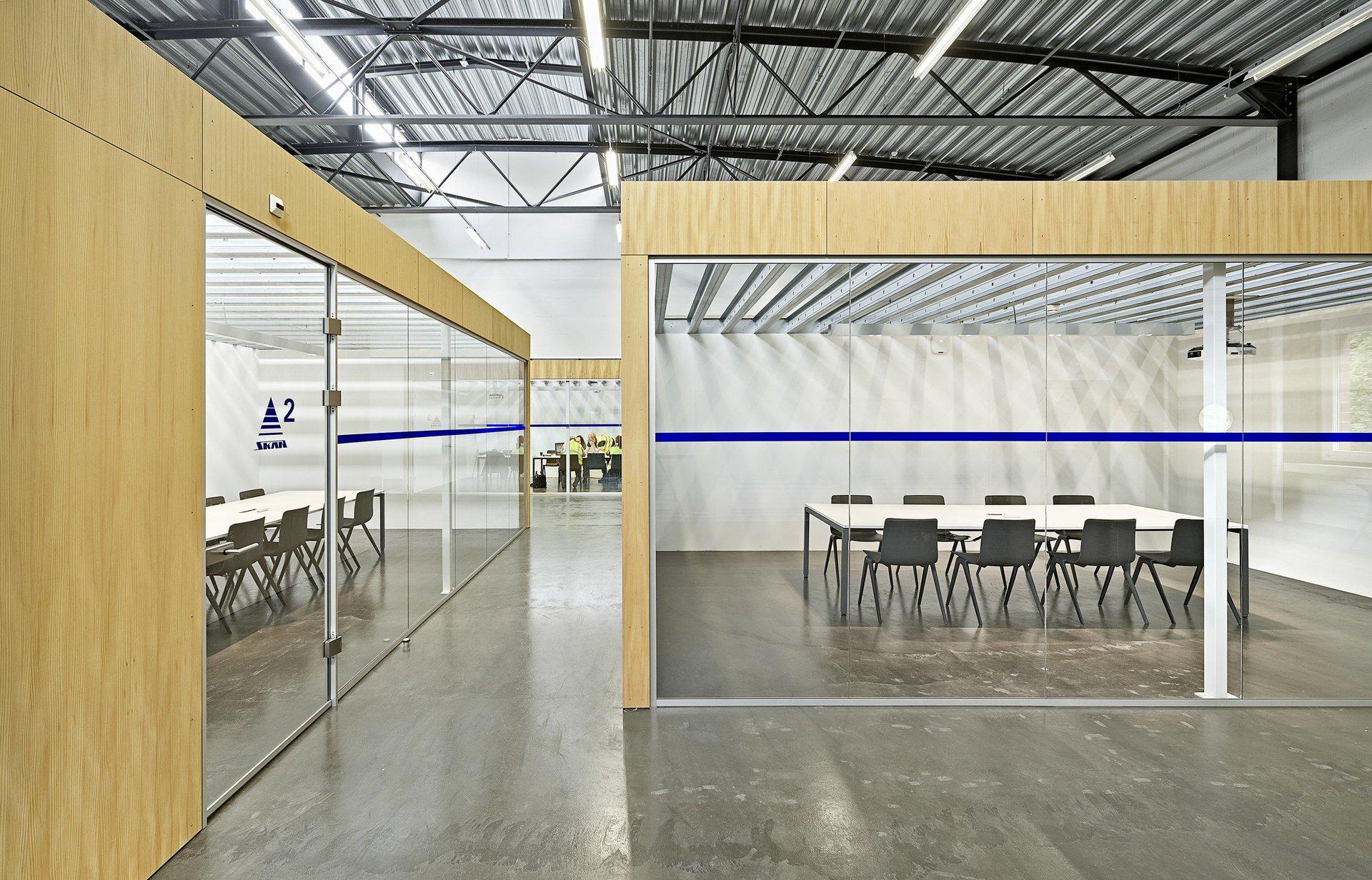2 Indoor-Räume in Halle mit raumhohen Fensterelementen