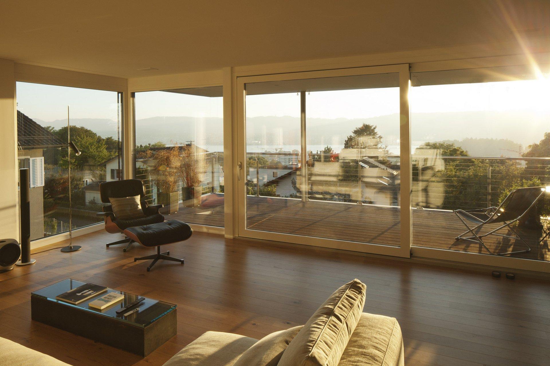 Wohnung mit raumhoher Fensterfront über Ecke mit Sicht auf Balkon