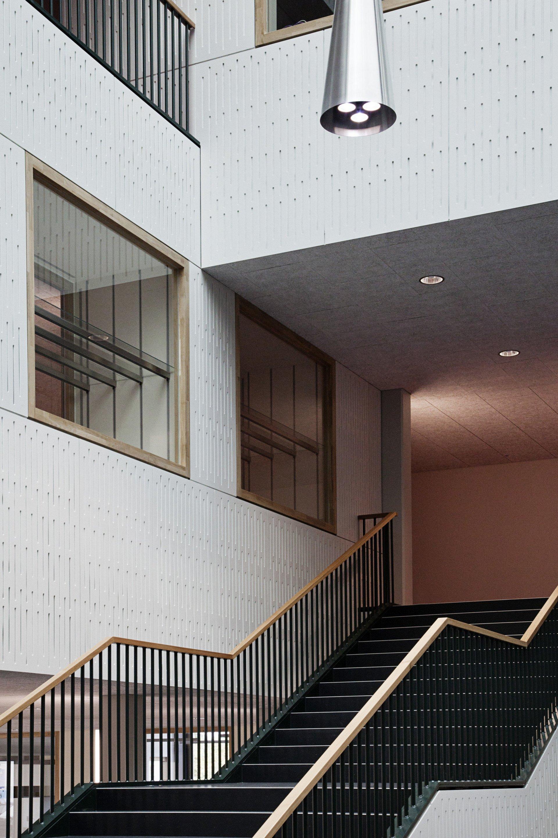 Treppe im Schulhaus mit Indoorfenster