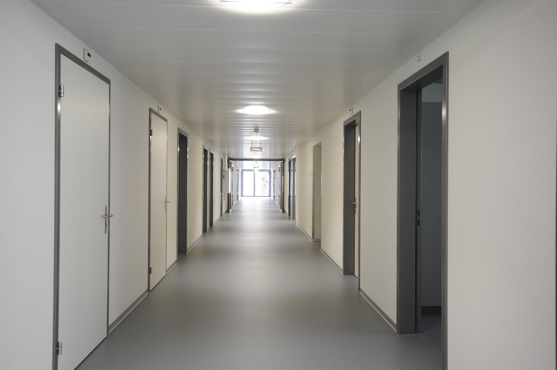 Lichtdurchfluteter Korridor mit Zugang zu den Bettenzimmer