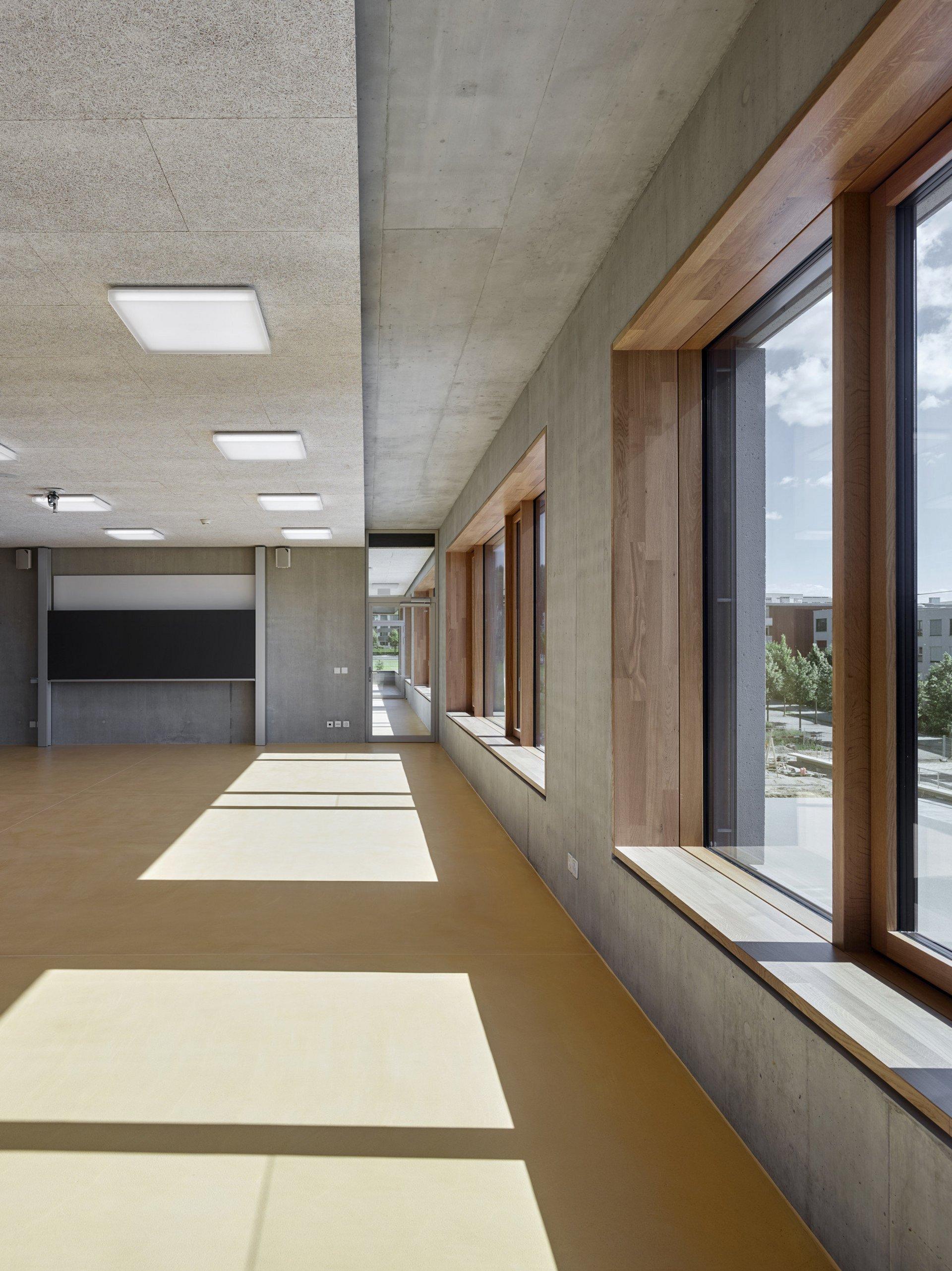 Fenêtre avec stores à lamelles et embrasure intérieure en chêne