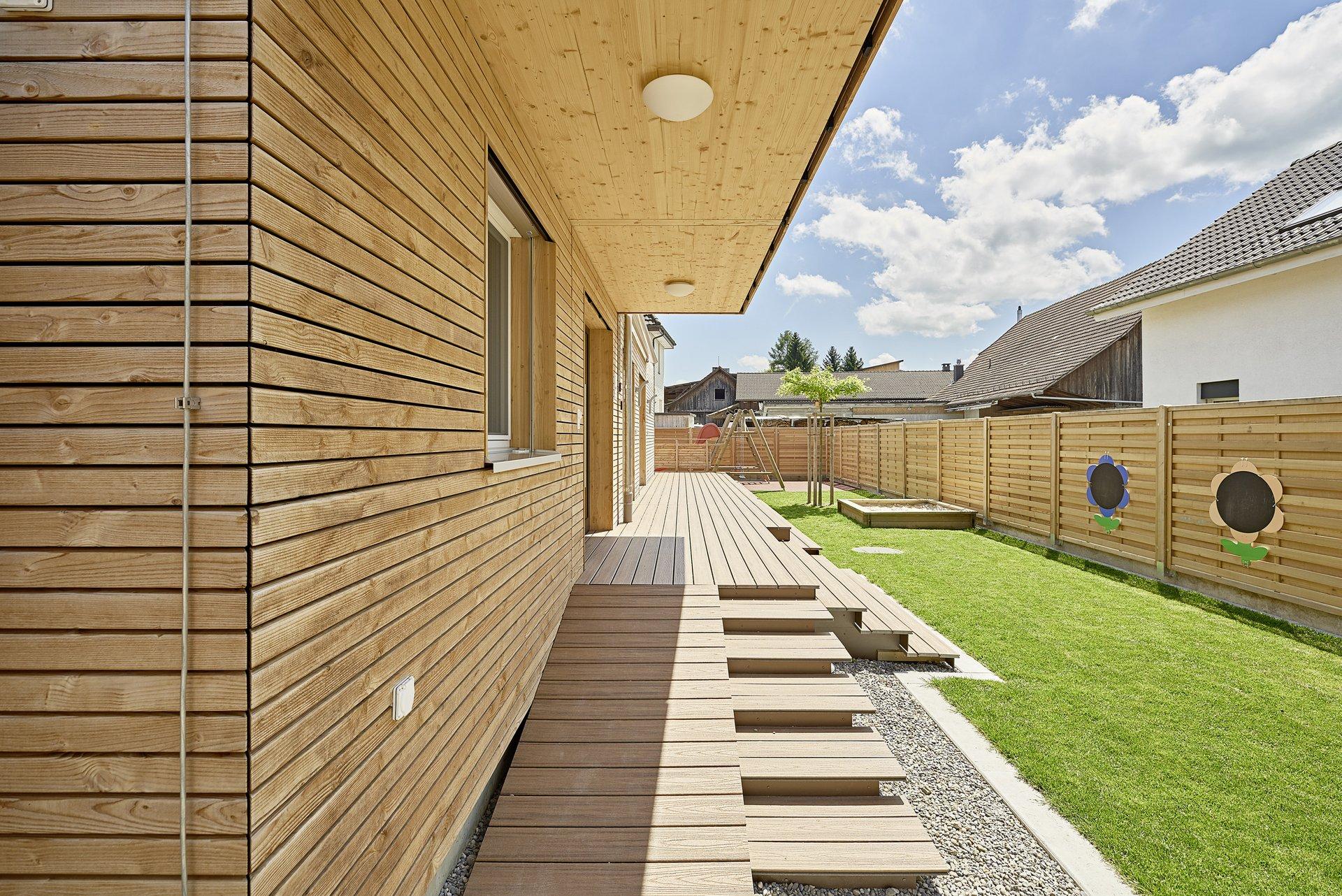 Façade naturelle en bois, construction modulaire pour une crèche