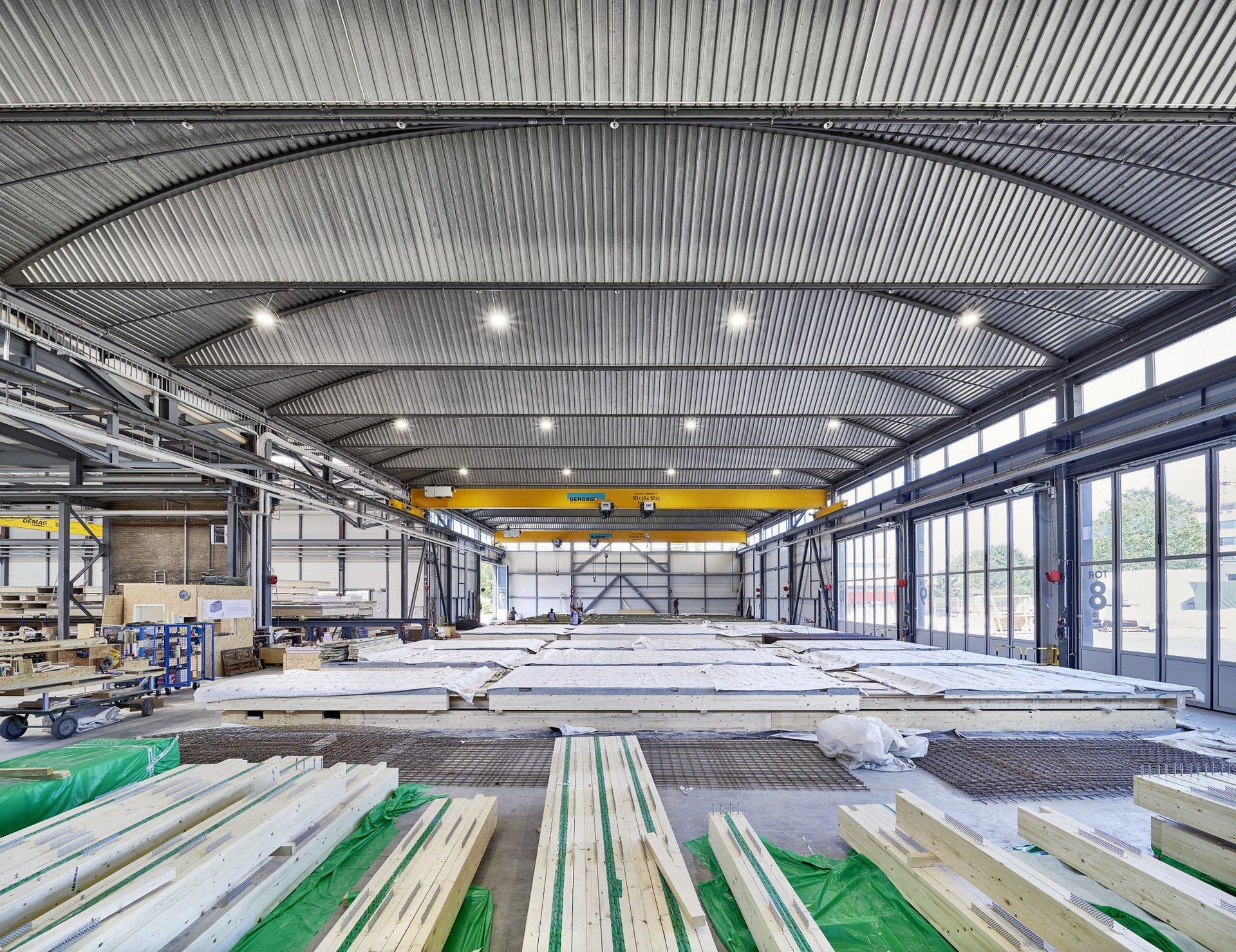 Einblick in die Lagerung der Holz-Beton-Verbundsysteme die wie riesige Sandkästen nebeneinander lagern