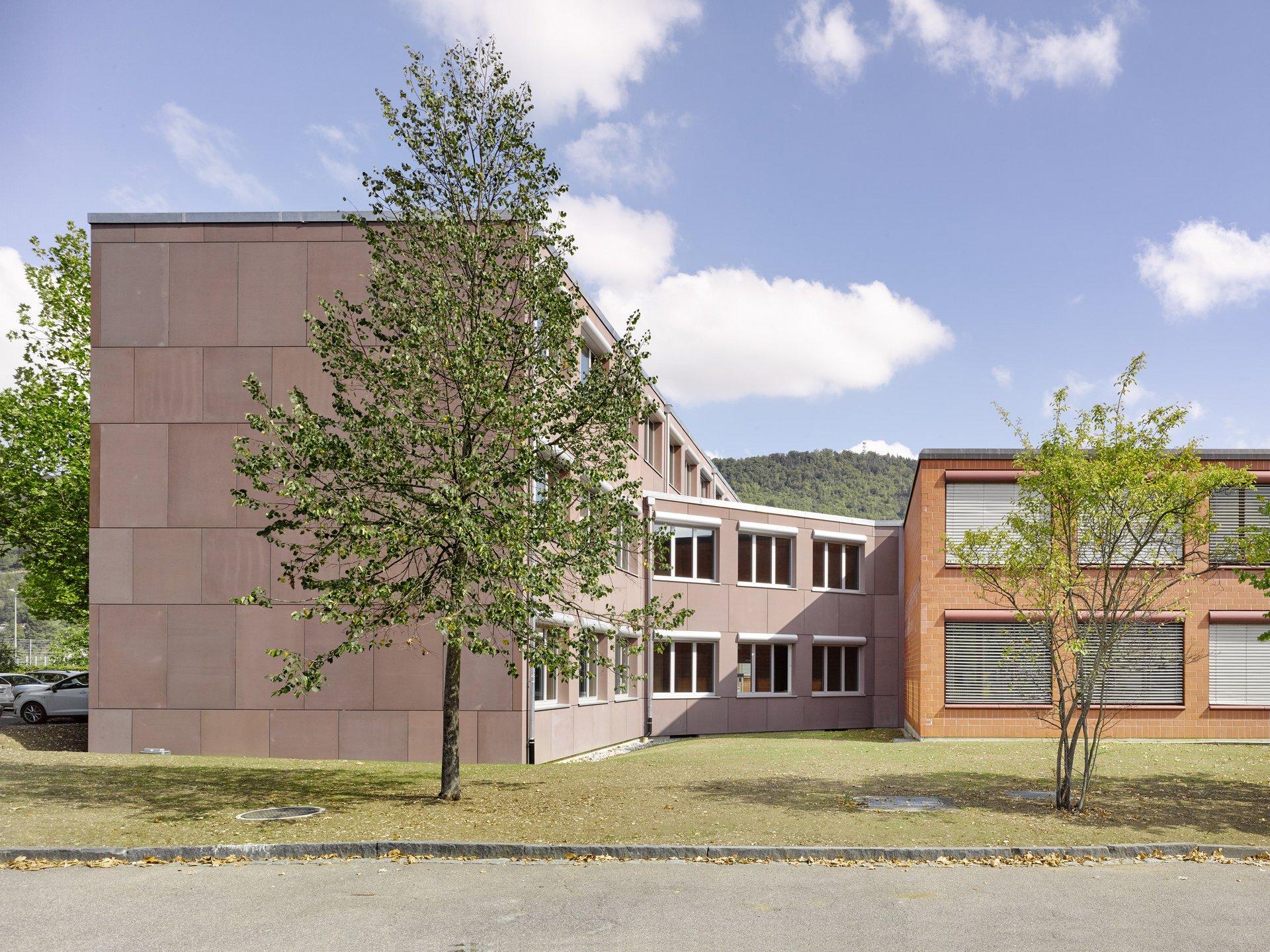 3-teiliges 2-3-geschossiges Gebäude mit grossen Fensterelementen