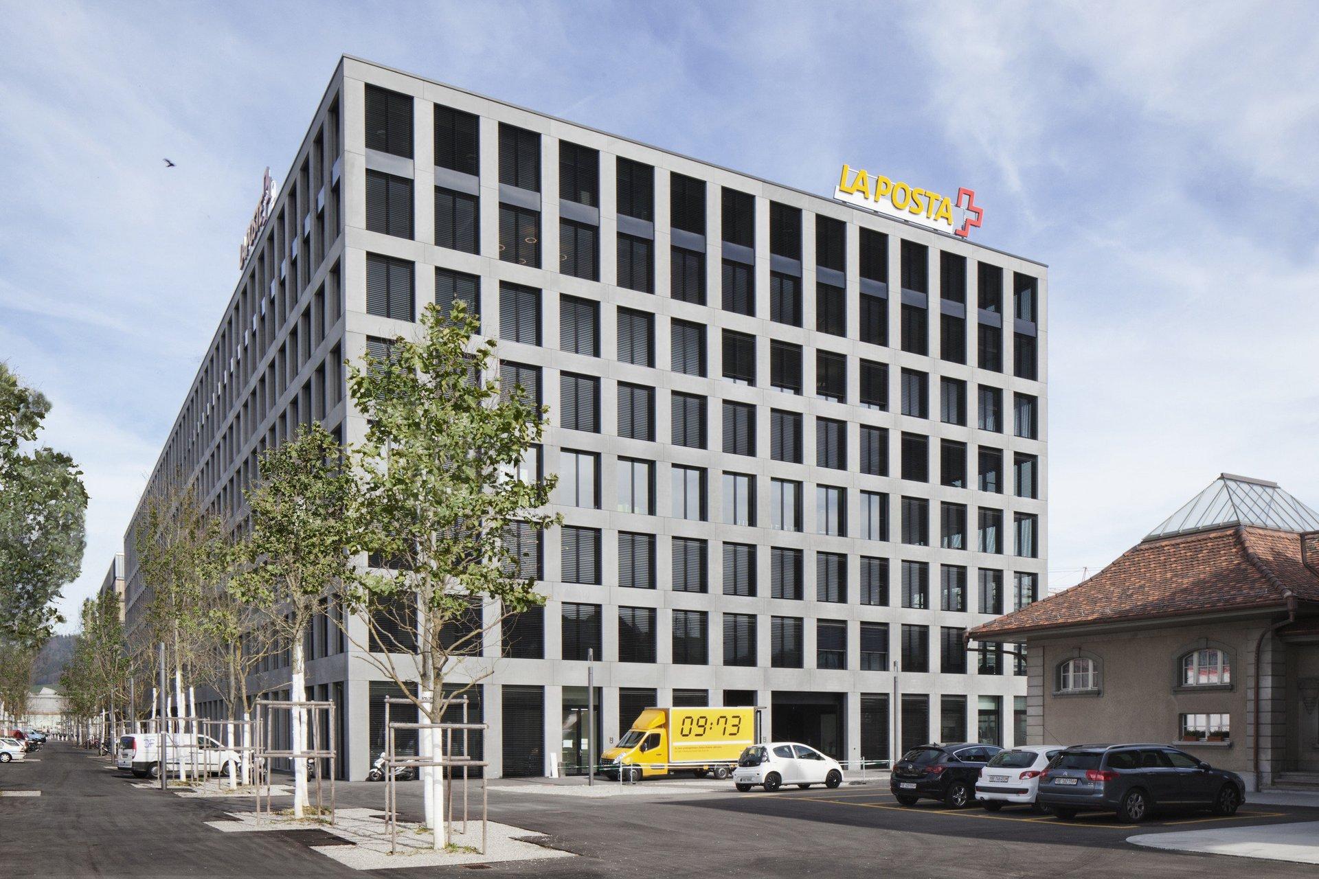 Bürogebäude mit Holz-Metallfensterelementen mit 95mm starkem Rahmen