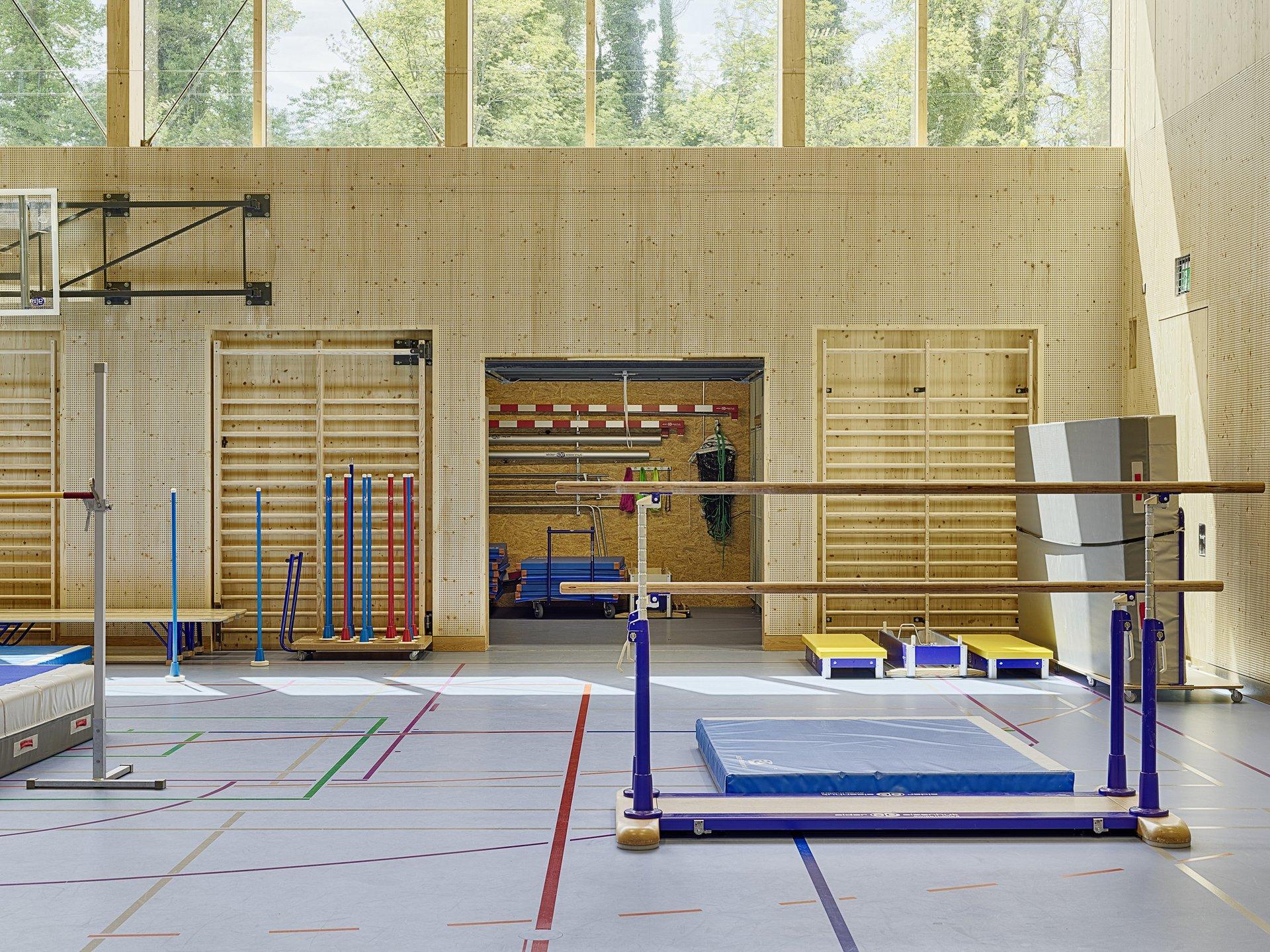 Sporthalle mit aufgebauten Geräten und Geräteraum im Hintergrund