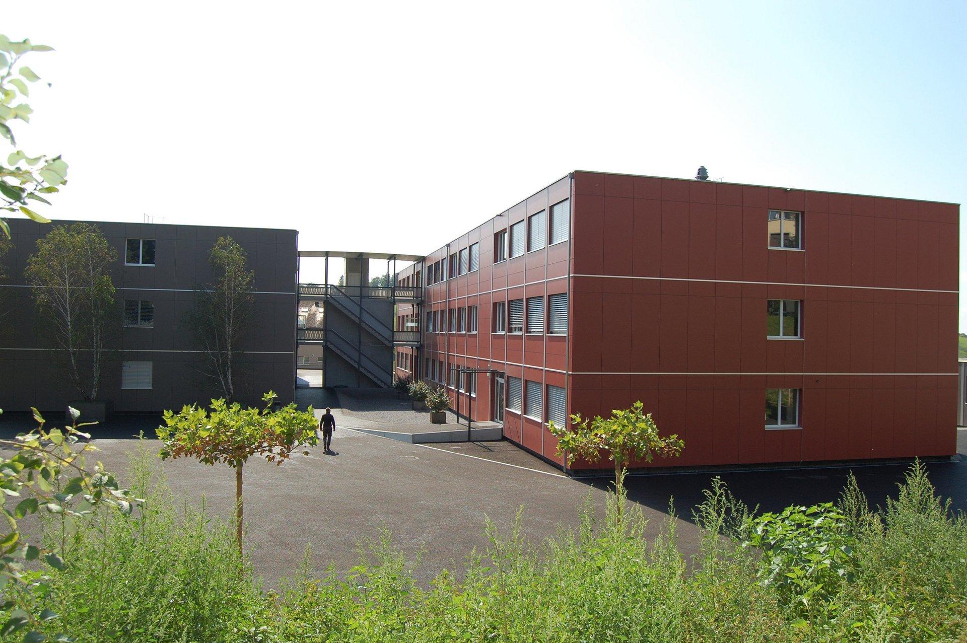 2 3-geschossige Schulgebäude durch äussere Treppenanlage verbunden