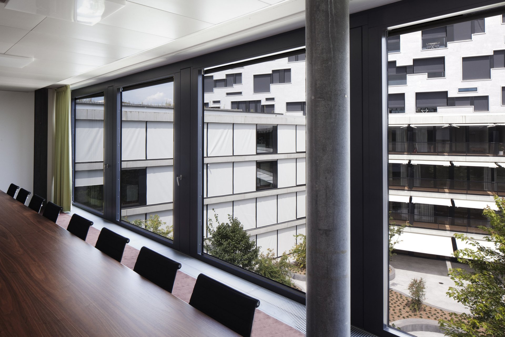 Besprechungszimmer mit grossen Fenstern als Lichtquelle