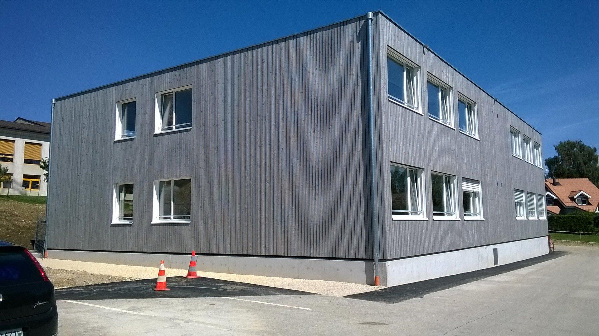 2-geschossige Schule mit verschieden grossen Fensterelementen