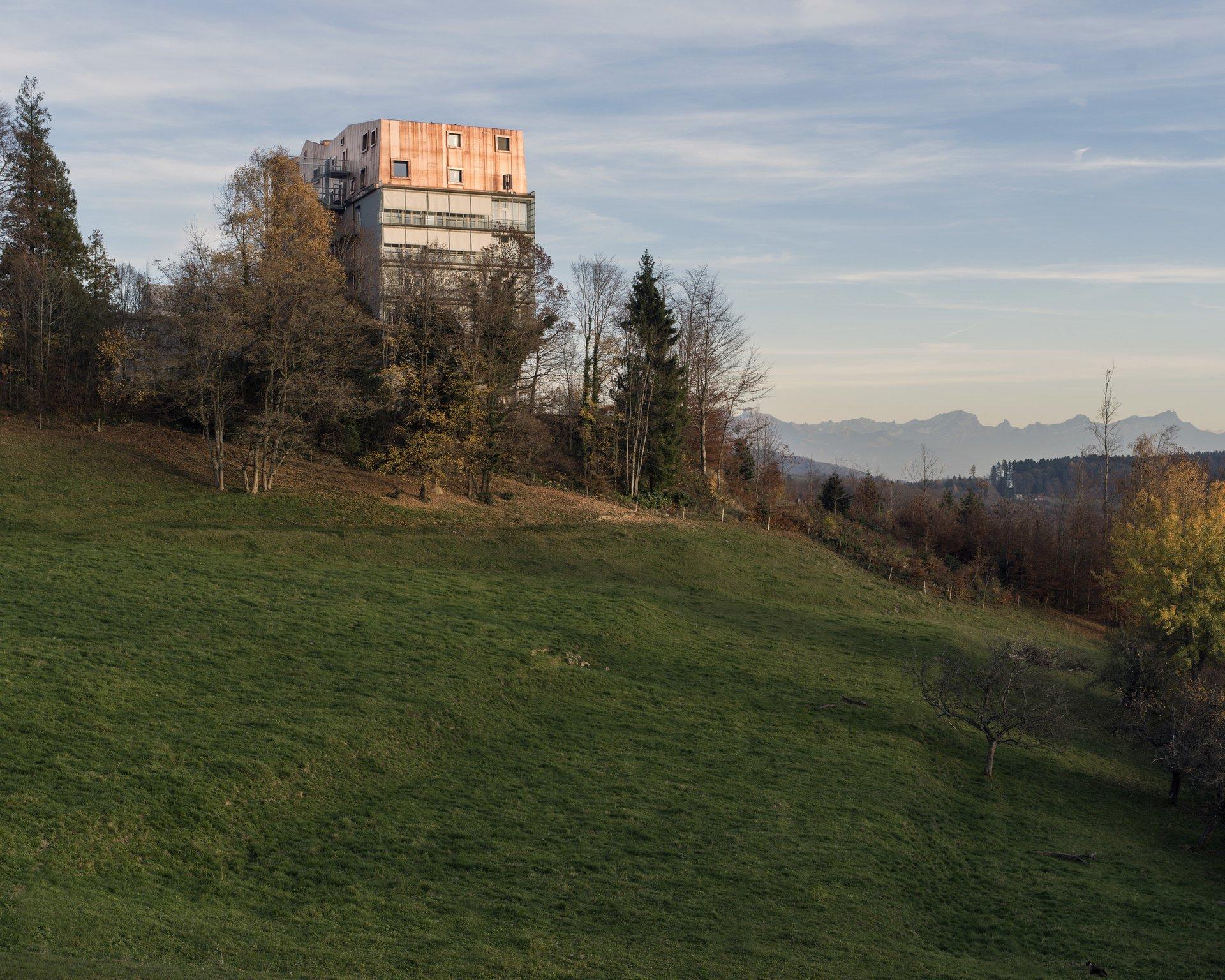 Vue latérale du bâtiment surélevé