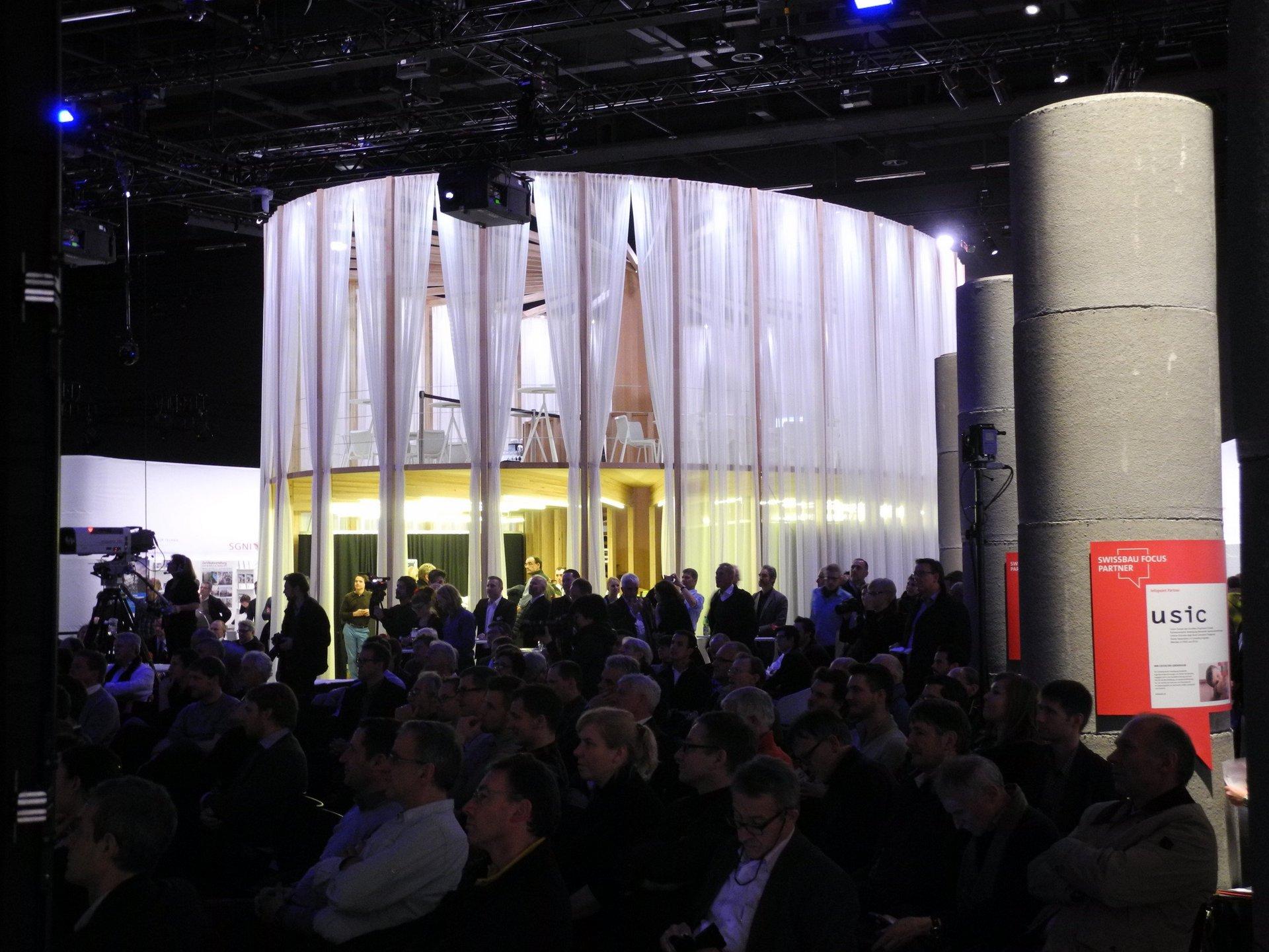 2-geschossiger Pavillon mit elliptischem Grundriss Vorhänge aussen