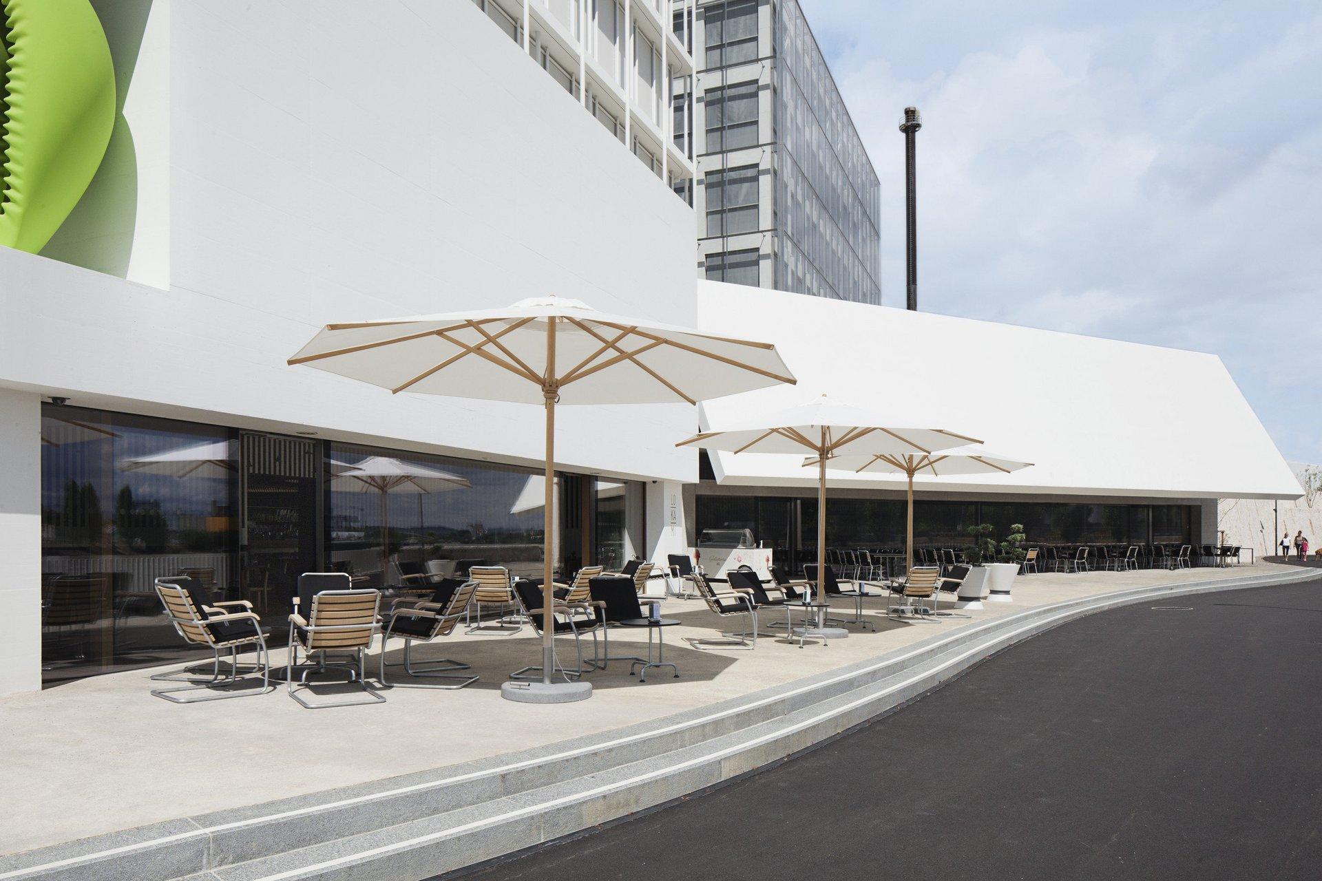 aussen modern bestuhltes Campus Cafe mit Hebe-Schiebetüren in SG-Verglasung