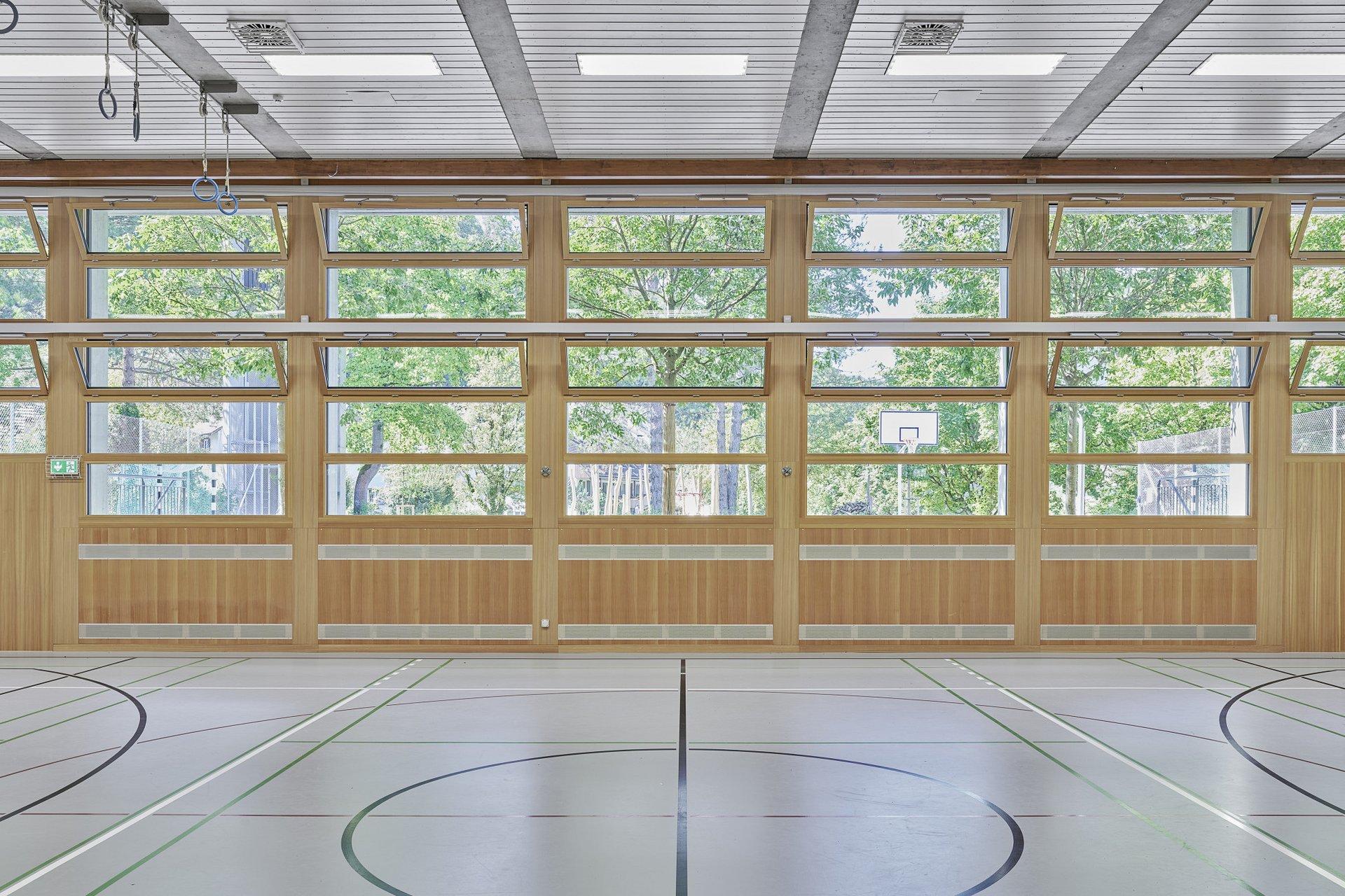 Blick in die Turnhalle und die helle Holzfensterfront