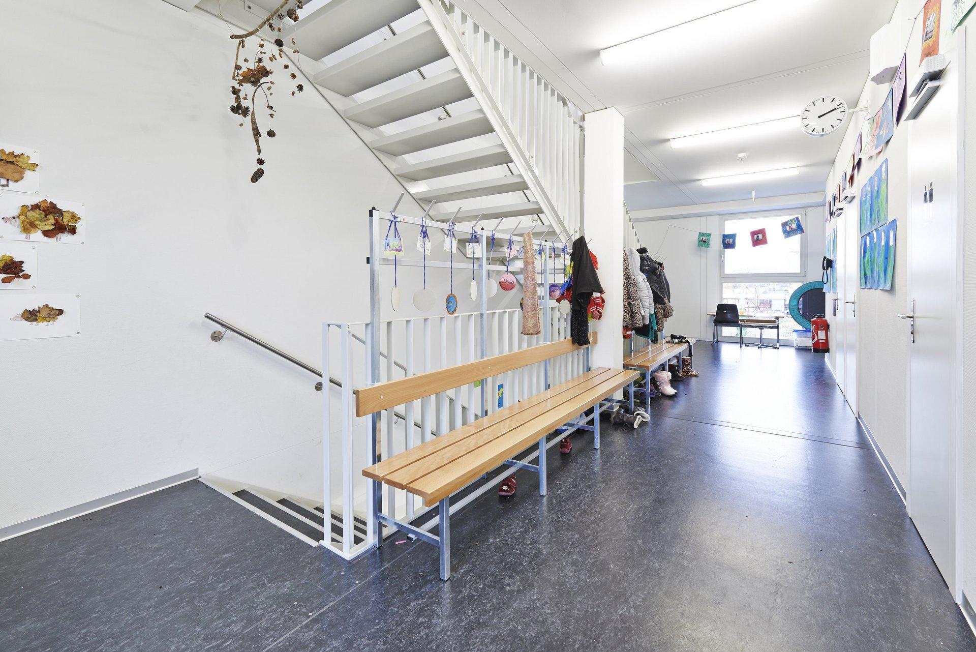 Flur und Treppenhaus im Schulgebäude in heller und schlichter Atmosphäre