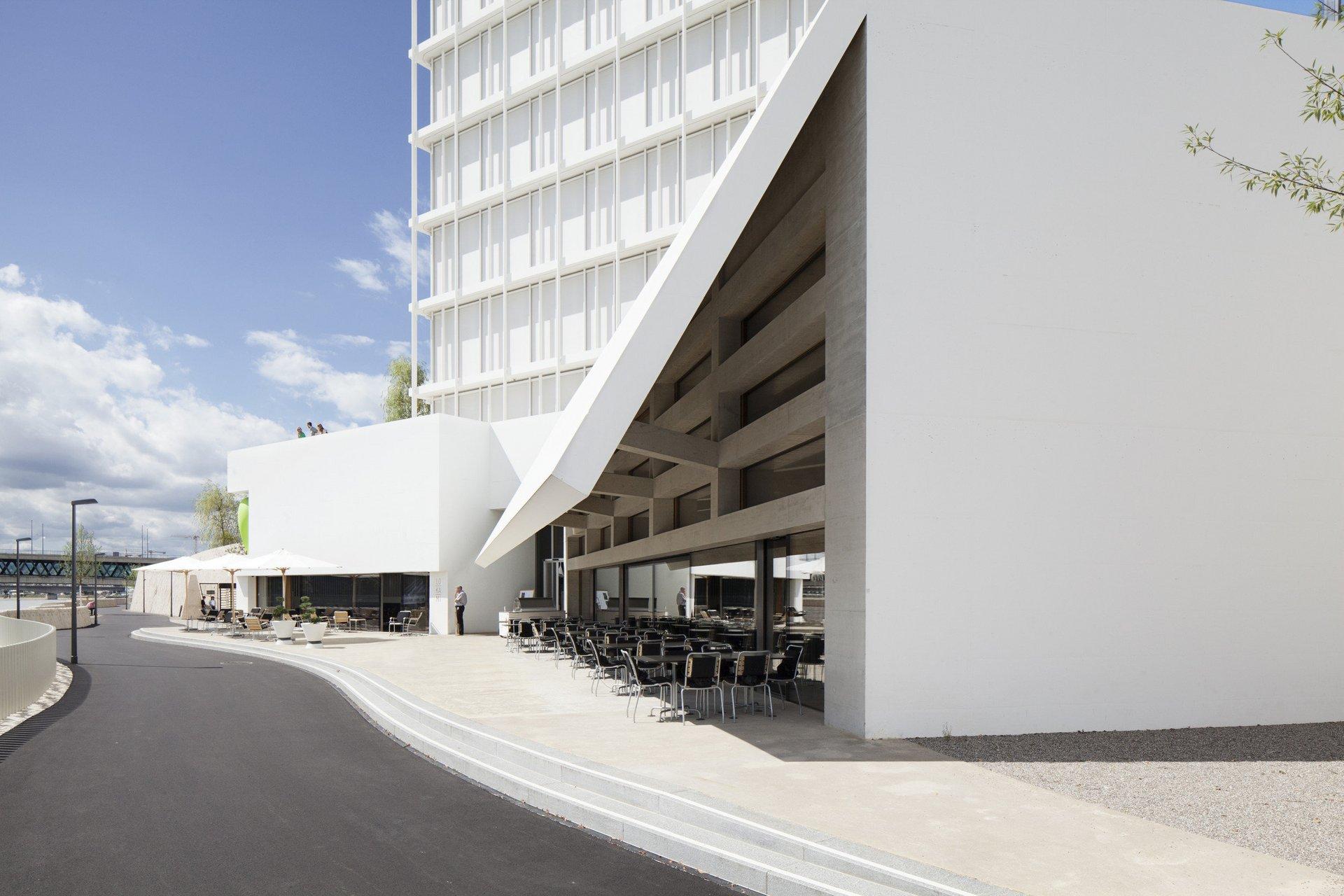 komplettes Gebäude Campus Cafe von aussen bestuhlt mit grosszügig weisser Fassade